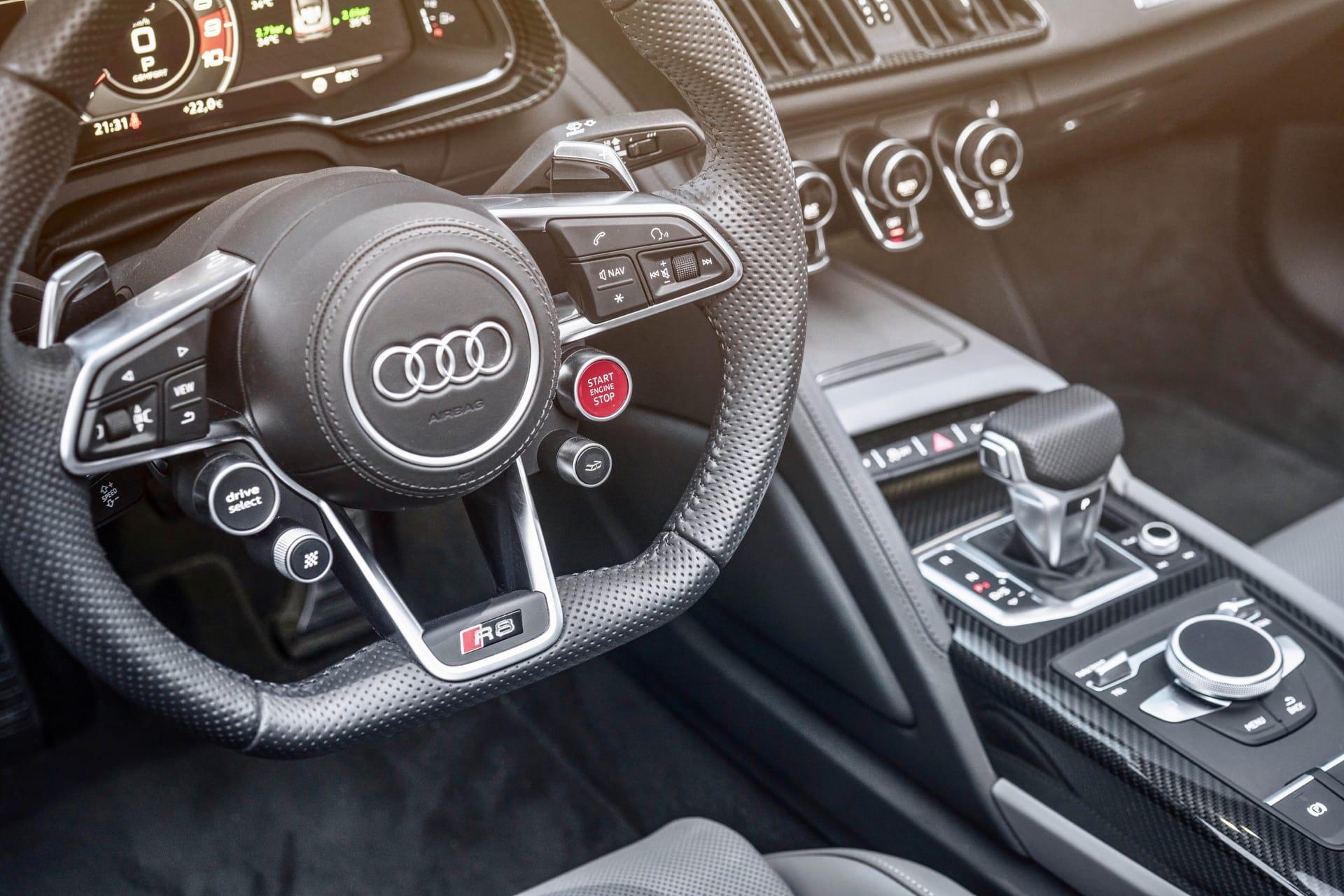 På ratten sitter den stora röda start och stop knappen. Under den en knapp för att öppna avgasspjällen så ljudet från V10 motorn kan flöda fritt.