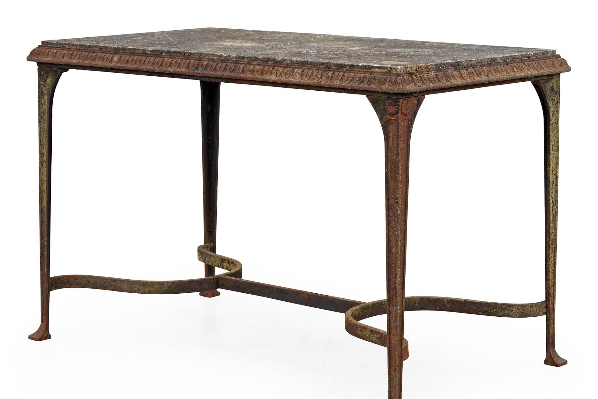 Bordet designat av Folke Bensow för Näfveqvarns Bruk är tillverkat av gjutjärn med bordsskiva av kalksten som åldrats med tiden. På Bukowskis moderna kan de ropas ut för mellan 30 000 – 35 000.