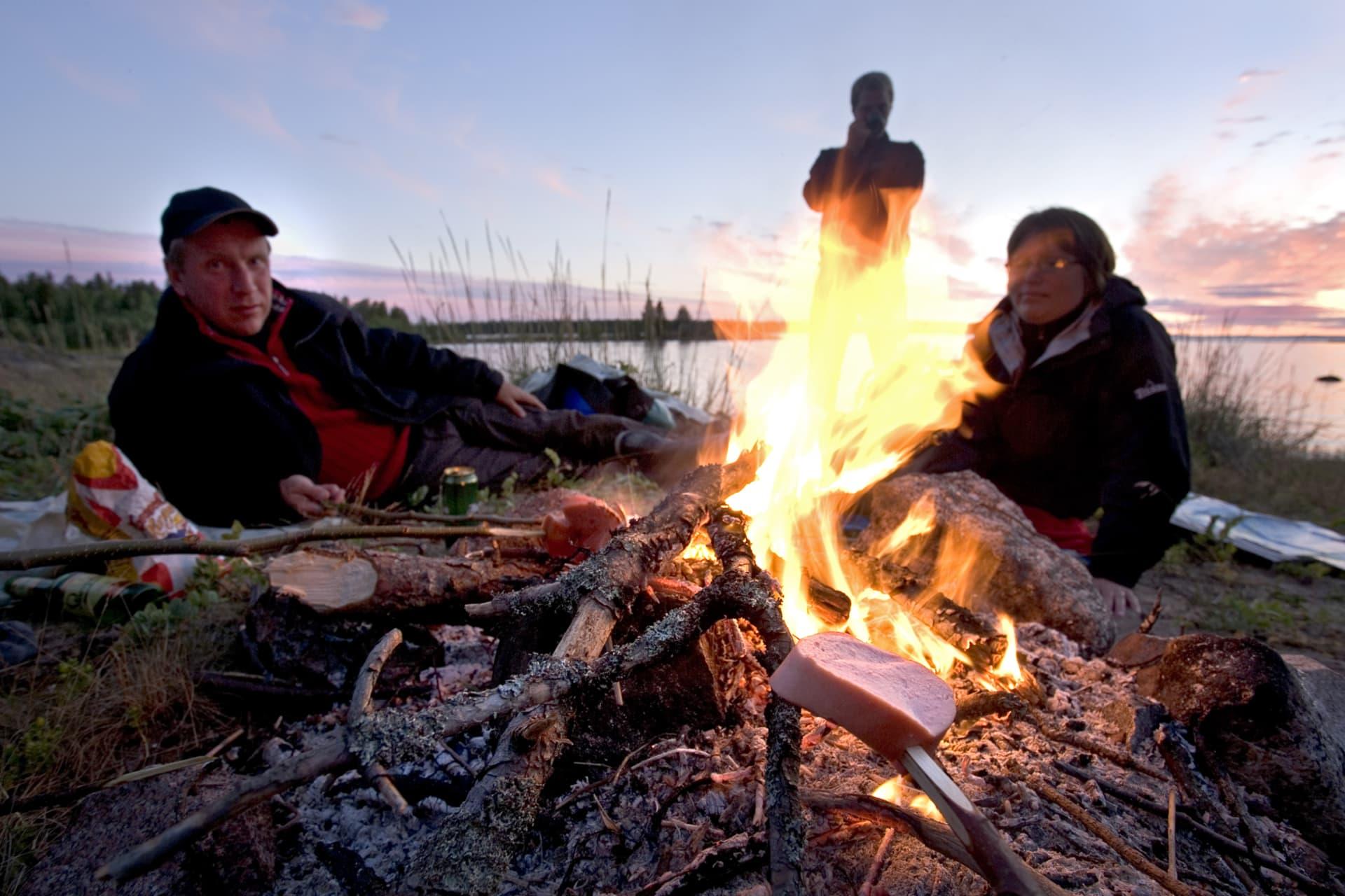I norr tycks man ha en förkärlek till att elda. Även sommartid. Visst är det härligt att grilla korv på stranden.