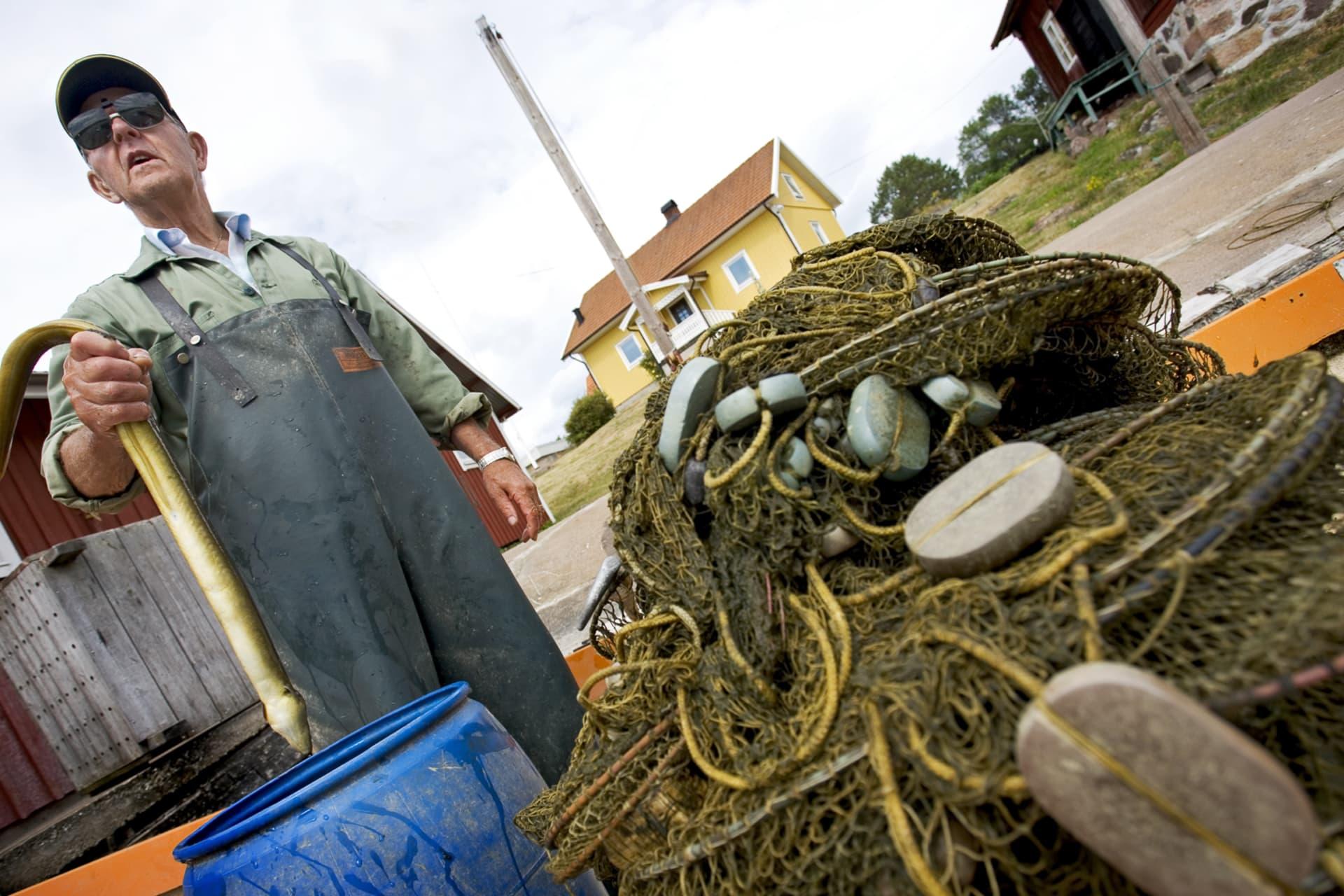 Alvar Karlsson på Marsö fiskar ål. Det är mindre fils och mindre ål och det blir mindre fiskat på gamla dar.