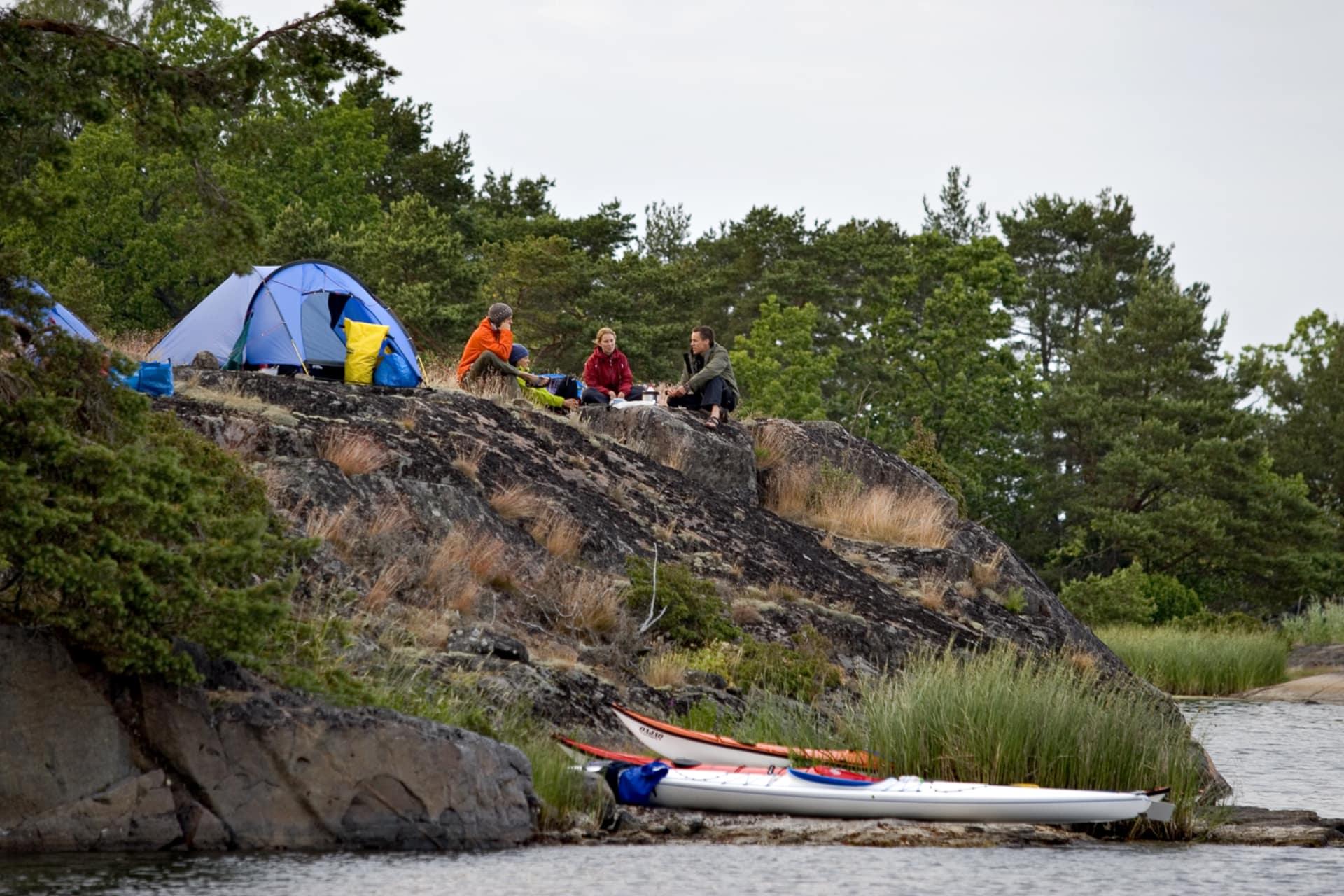 Stora Själholmen strax söder om Svinskär bjuder på terrassboende. Öarna runtomkring skyddar kajakerna från vågsvall.