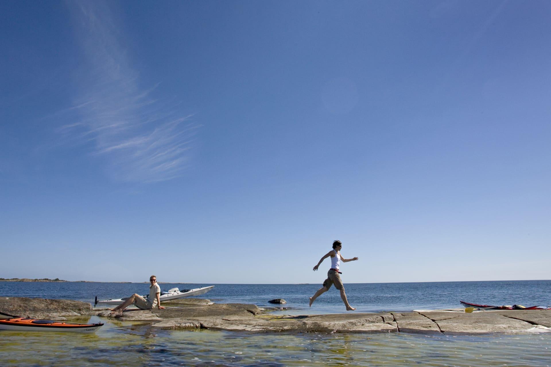 Många av det yttre skären sticker nätt och jämnt upp över vattenytan. Underbara att rasta på fina dagar.