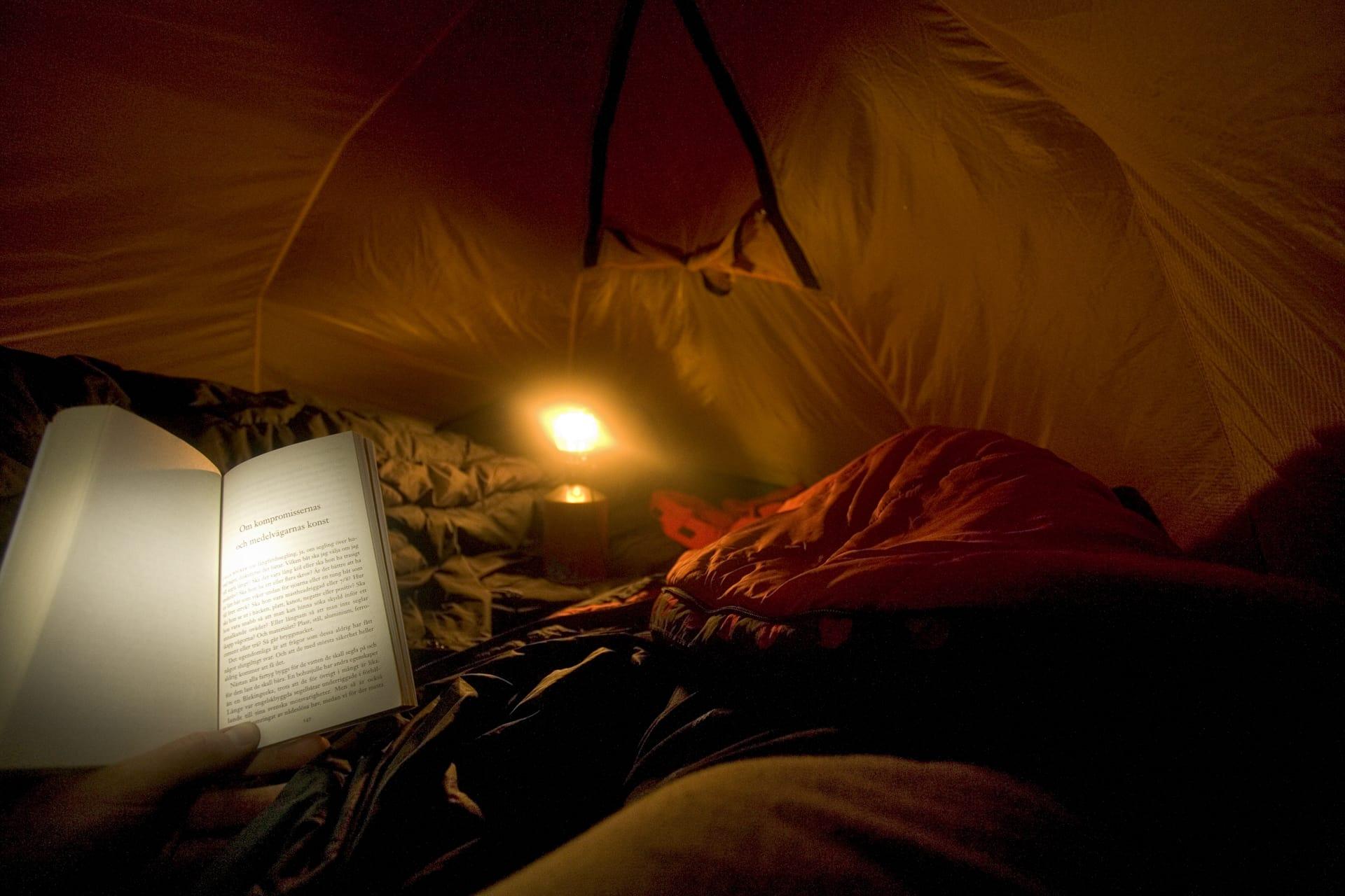 Ta med en bra bok. Det blir många timmar i tältet och värmen från gaslyktan driver ut fukten ur tältet.