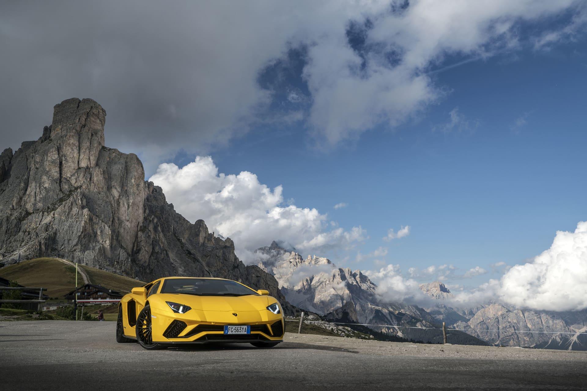 Lamborghini Aveentador S på toppen av Passo Giau ovanför Cortina d'Ampezzo. En fantastisk väg väl värd att köra både för upplevelsen upp, miljön på toppen och vägen ner som slingrar sig likt en orm längs berget.