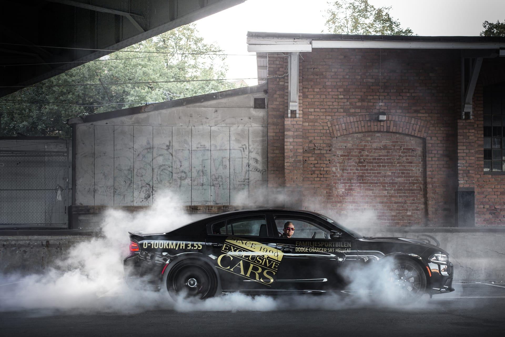 Att undvika att göra bunrouts med en Dodge Charger Hellcat är så gott som omöjligt. Med sina 717 hästkrafter och bakhjulsdrift ligger ett stort rökmoln konstant bakom denna amerikanska muskelbil.