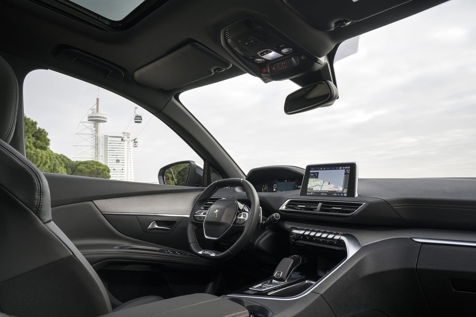Interiören i Peugeot 5008 SUV kan mer beskrivas som en cockpit från ett flygplan. Väldigt snyggt och minimalistiskt.