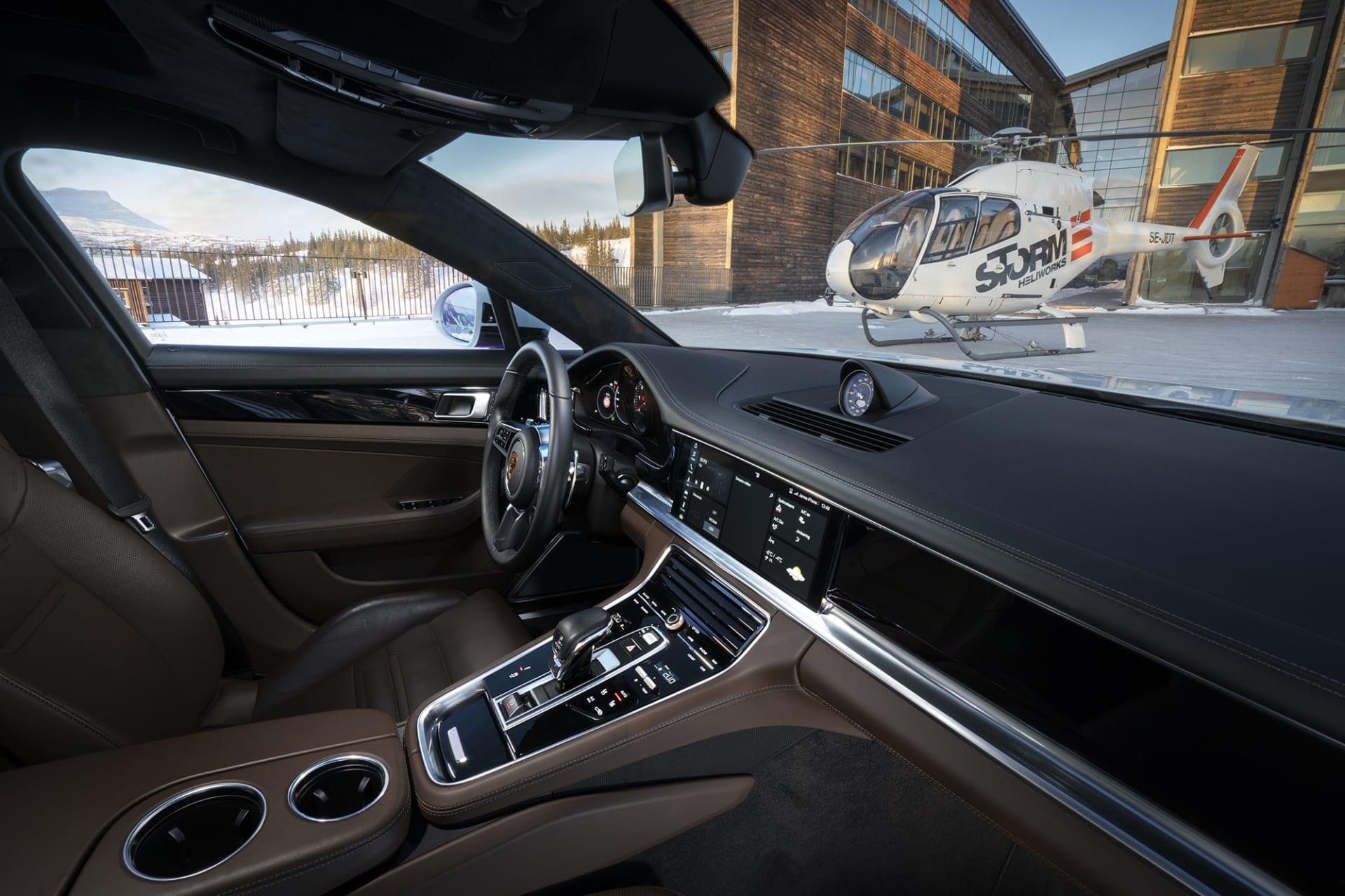 Sobert och rent med enkla och tidlösa linjer. Porsche vet hur man gör för att du ska känna dig bekväm bakom ratten.