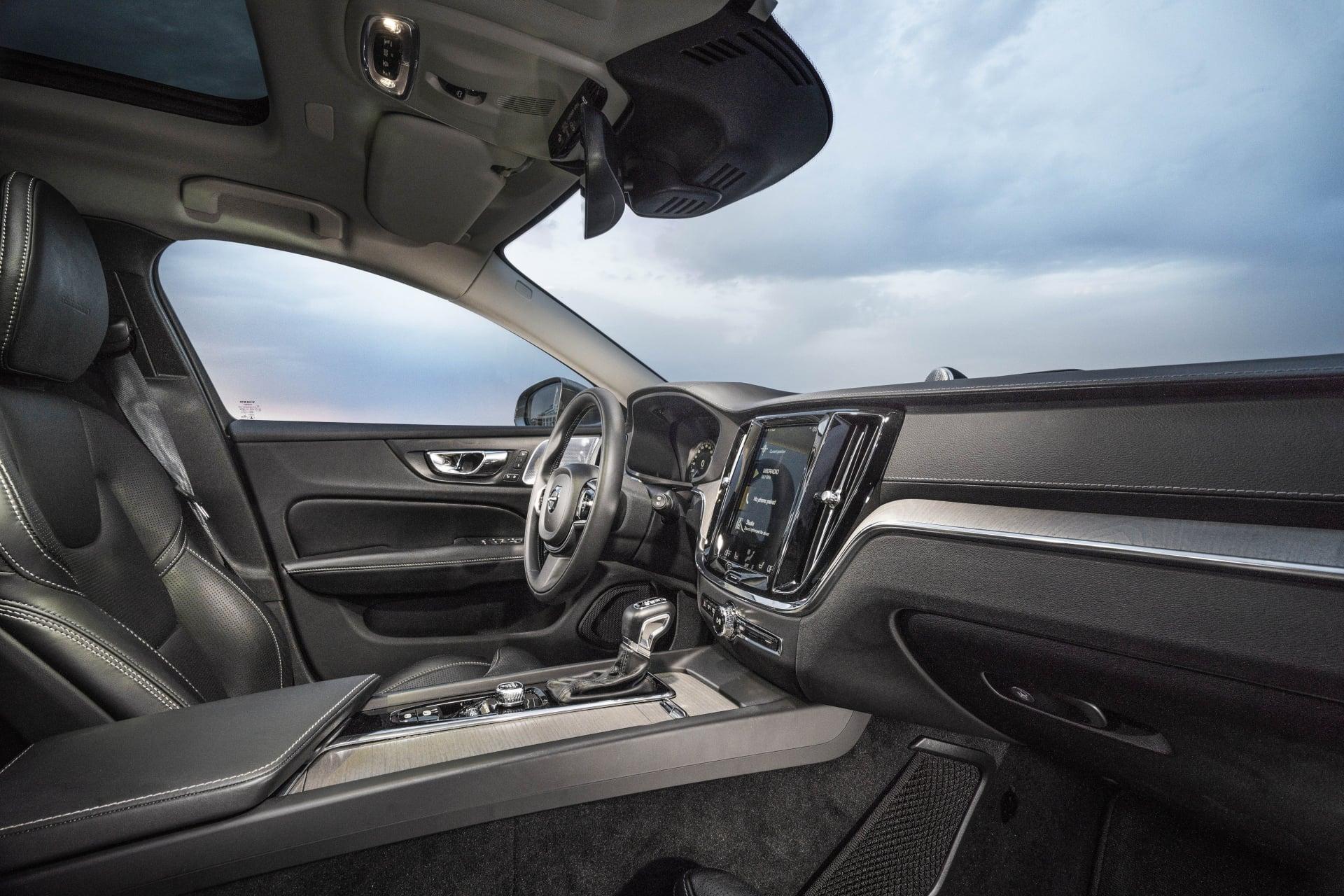 Interiören är snygg och prydlig med inslag av både aluminium och trä.