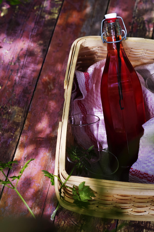 Rabarbersaft med bourbonvanilj.Korg Åhlens.Glas från Konsthantverkarna och flaskan från Granit.