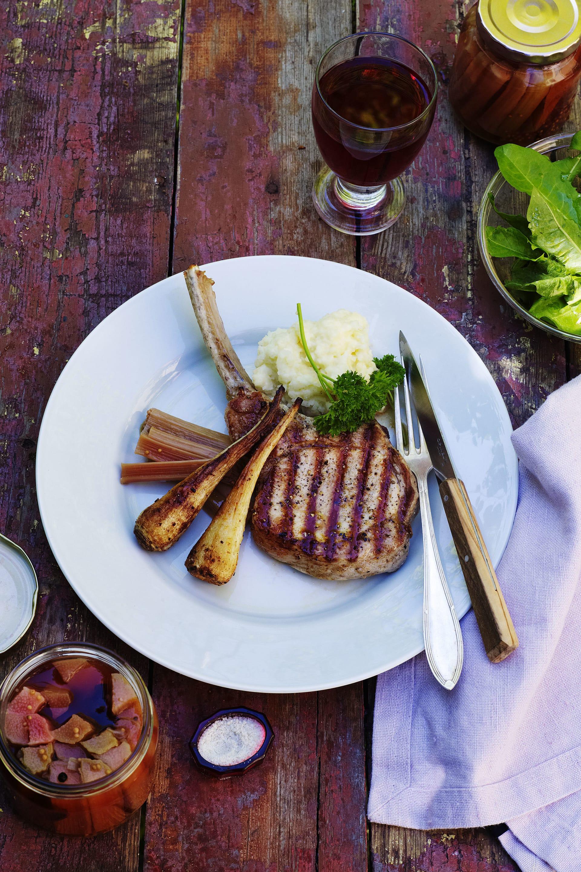 Grillade fläskkotletter serveras med snabbinlagd rabarber, krämig potatismos, ugnsbakade persiljerötter och grön vårsallad.