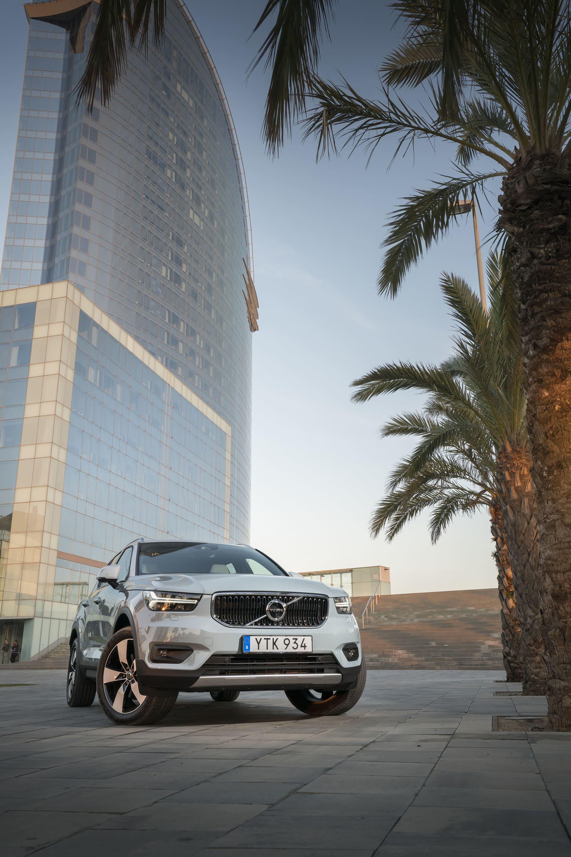 XC40 har massor med attityd men är samtidigt trygg och säker i sin personlighet. I bakgrunden skymtar det lyxiga hotel W längst ut på piren i Barcelona.