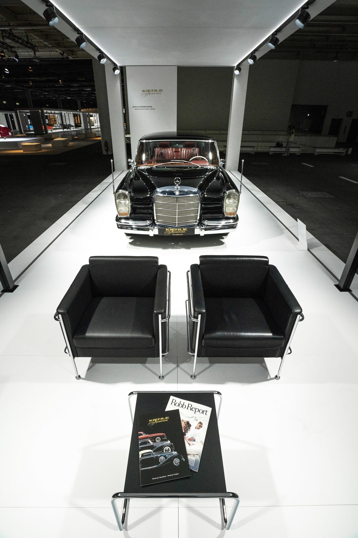 Mercedes-Benz 600 Pullmann Landaulet Med en längd på 6,24 meter, en vikt på minst 2,5 ton samt en V8 motorn på 6,3 liter är Mercedes-Benz 600 Pullmann Landaulet en mäktig pjäs. Namnet Pullman kommer från George Mortimer Pullman som framförallt var inblandad i att konstruera lyxiga vagnar för tågindustrin. I Landauletversion är det en kombination av två världar av lyx, limousin och samtidigt kabriolett men med tak för föraren.