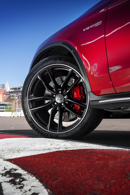 Som vanligt är bilen försedd med stora däck och tilltagna bromsar. Något som definitivt behövs för att hållas kvar en bild som denna på vägen och får stopp på den när så behövs.