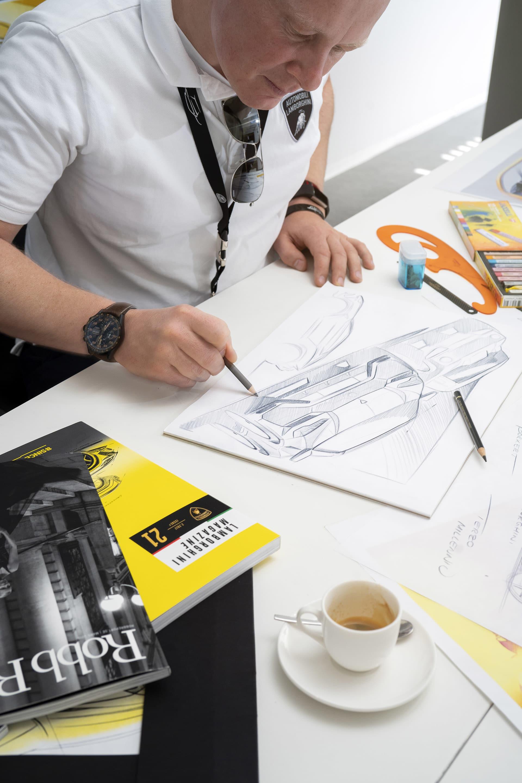 Mitja Borkert som är chefsdesigner på Lamborghini Centro Stile i sitt arbete.