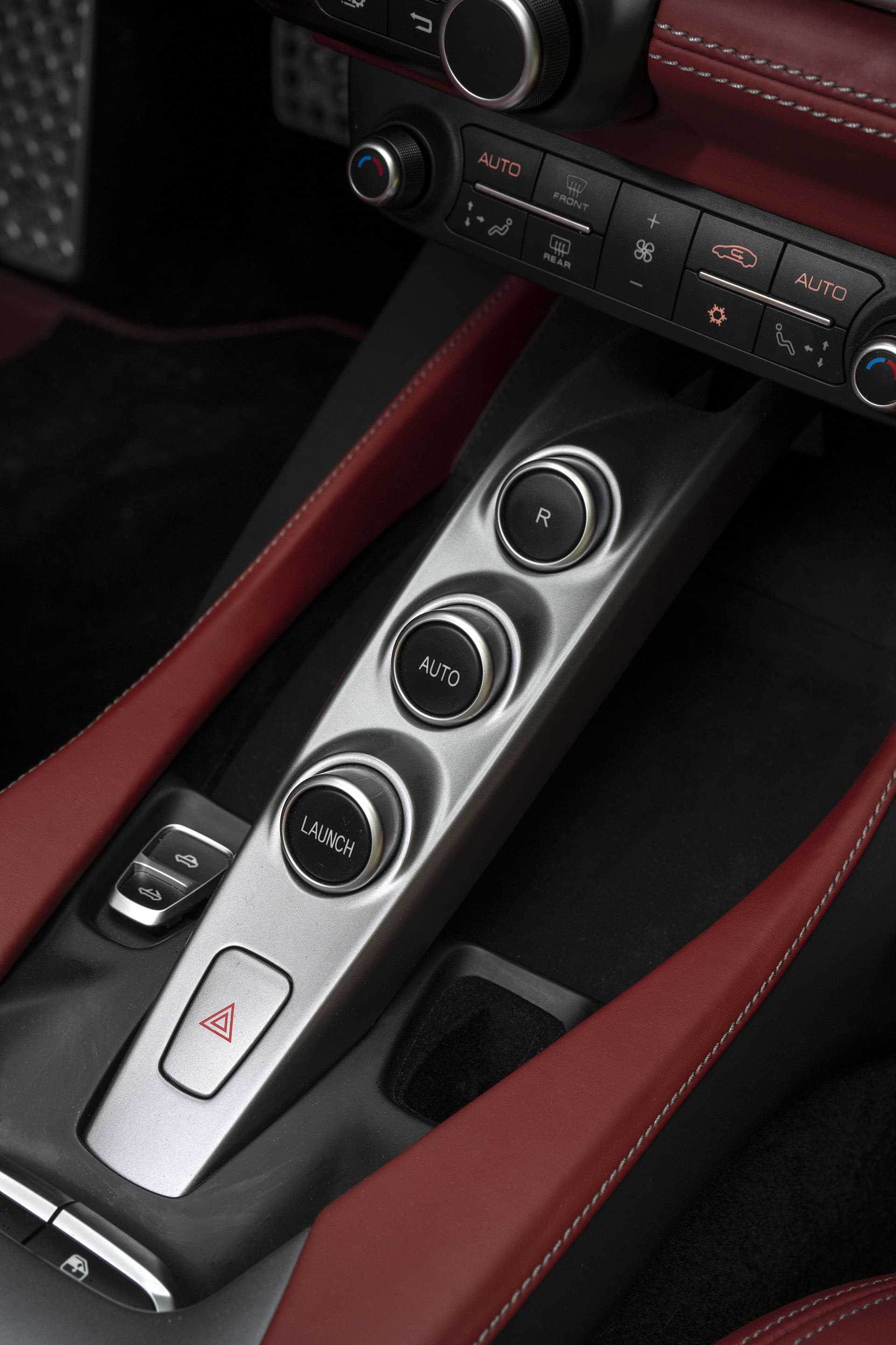 In the center console is a ramp for the gearbox selectors and next to that the controls for the automatic metal roof.