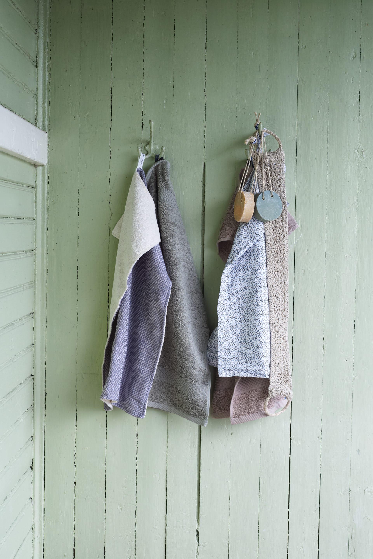 Gör ditt egna vägg stilleben av handdukar och tvålar.Här från Lalay.