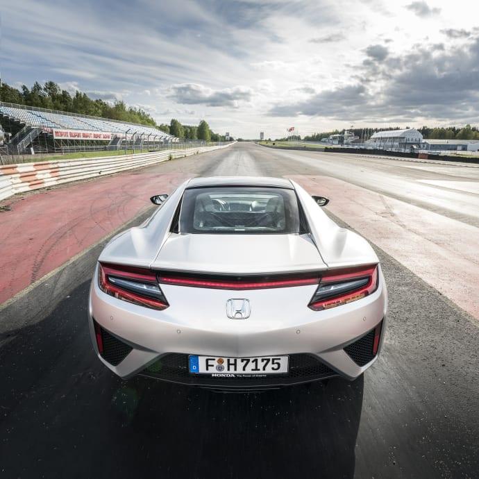 Genom glasrutan bak kan man se den mittmonterade V6 motorn med dubbla turboaggregat.