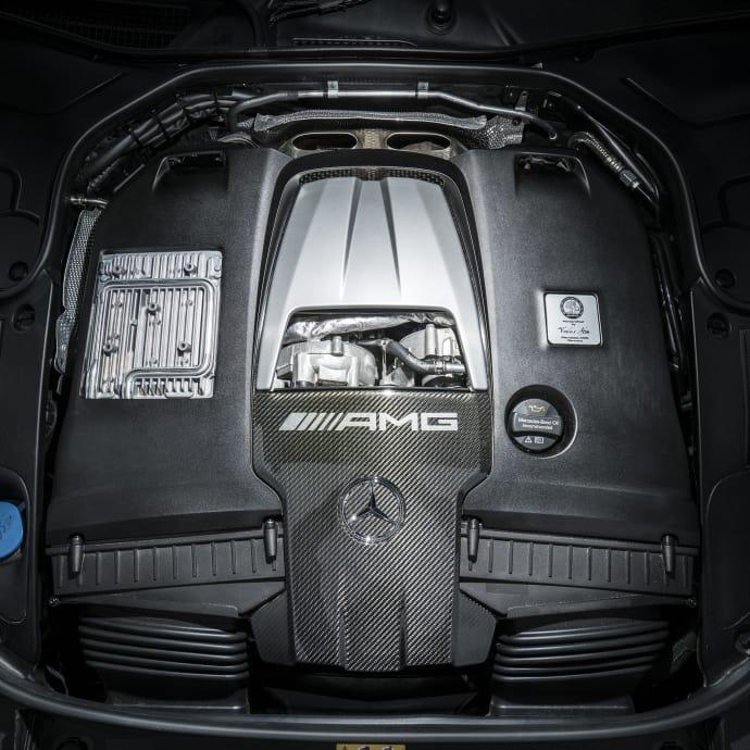 Juvelen i S63 AMG är den mustiga 4-liters V8-motorn med dubbla turboaggregat på hela 612 hästkrafter. Kraften tar bokstavligen aldrig slut i denna motor och för att ta sig till hundrastrecket behövs endast 3,5 sekunder.