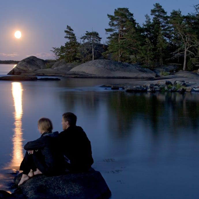 Älö i månljus lockar till paddling i natten. Ett härligt sätta att känna på nattnavigering.