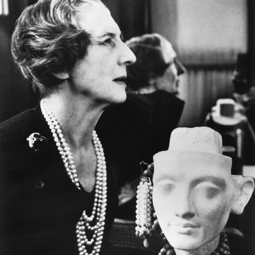Designern bakom succén Panthére,Jeanne Toussaint (1887-1976) på sitt kontor i slutet av 1950-talet på Cartier kända adress, Rue de la Paix. © Cartier