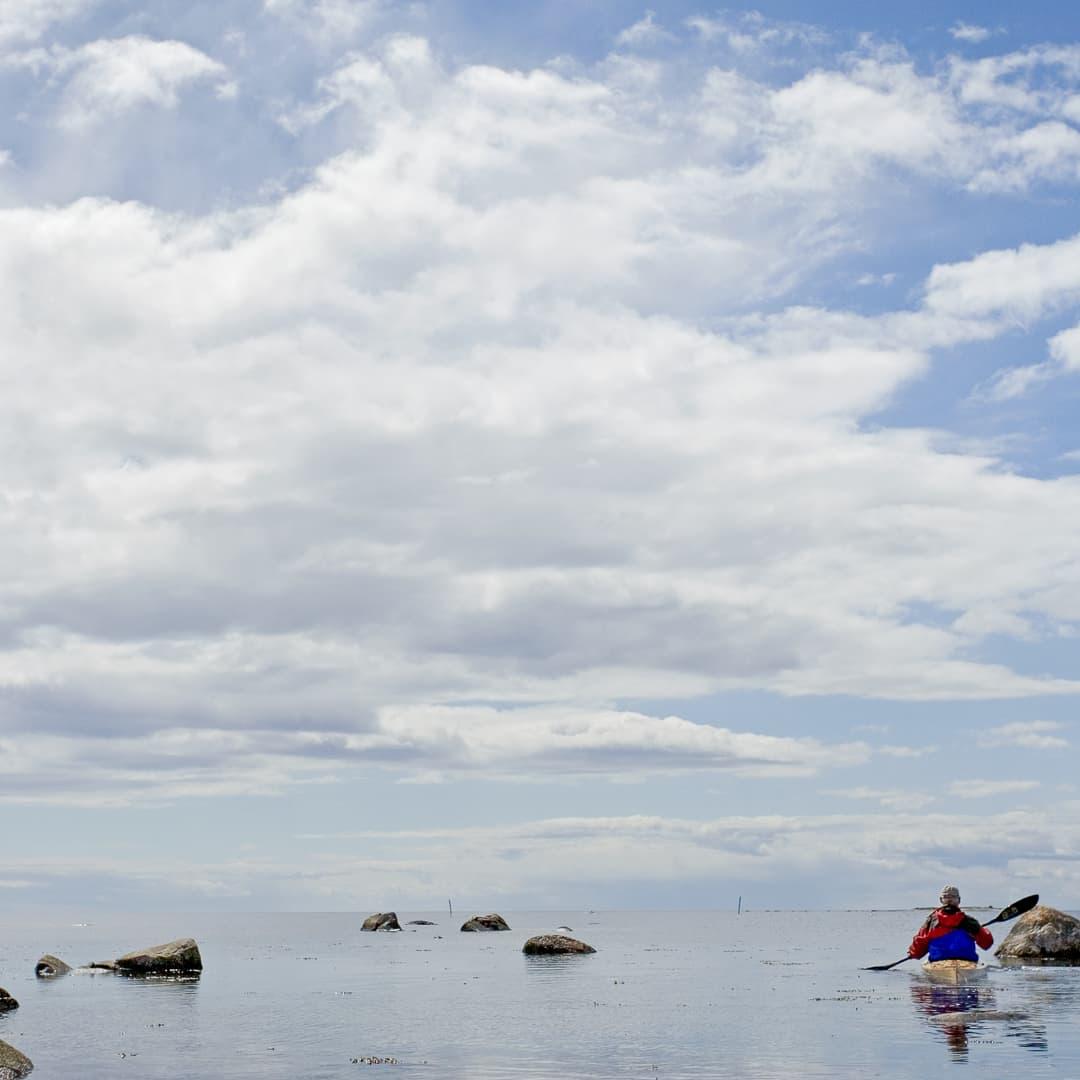 Himlen spricker upp och havet lägger sig utanför Södra Bollö. Grynnor och stenar kräver en försiktig framfart.