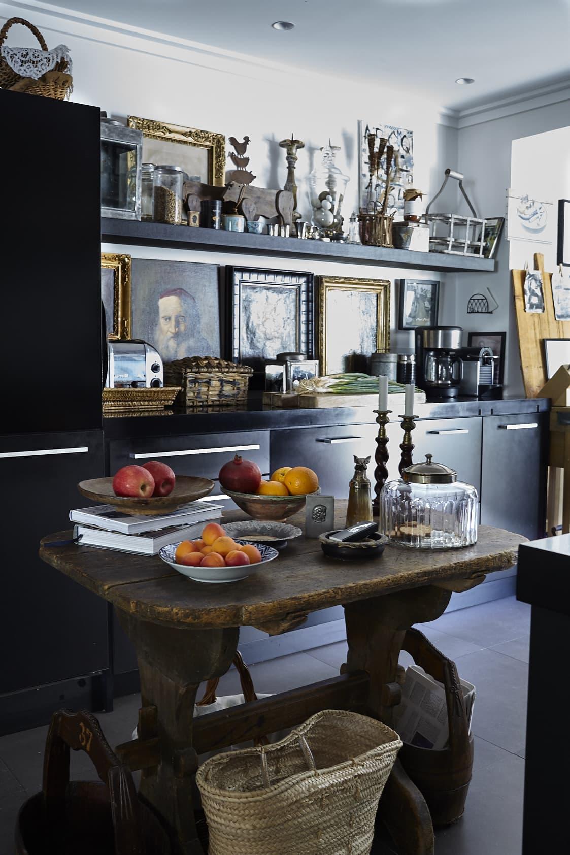 I Annas kök finns inga regler, konsten trängs med köksmaskinerna i en salig blandning. Svart, grått, brunt, vitt och guld dominerar och Mallorcas egna fruktskörd lyser upp. Typisk stråbag från Mallorca på golvet.