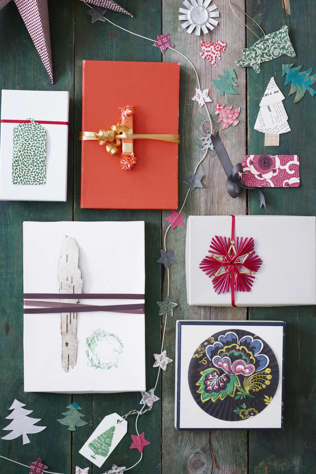 Ta sparade diverse olika förpackningar och gör fina paket av, meddina egna personliga etikett och dekorationer. Mönstrade Ettiketter, till vänster grön och till höger röd, 30 kr/ 6-pack. Från Bungalow. Stjärn girlang gör du lätt själv. Ett snöre och klipp ut dubbla stjärnor och limma snöret mellan. Söta julgranar klipper du ut själv. Etikett med stämplad gran, ca 90 kr, från Paper Source. Paket med julgrans dekoration i halm eller ett dekorativt muffins papper, liten smällkaramell liksom en bit björkbark kan ger fina, mer udda oväntade paket.