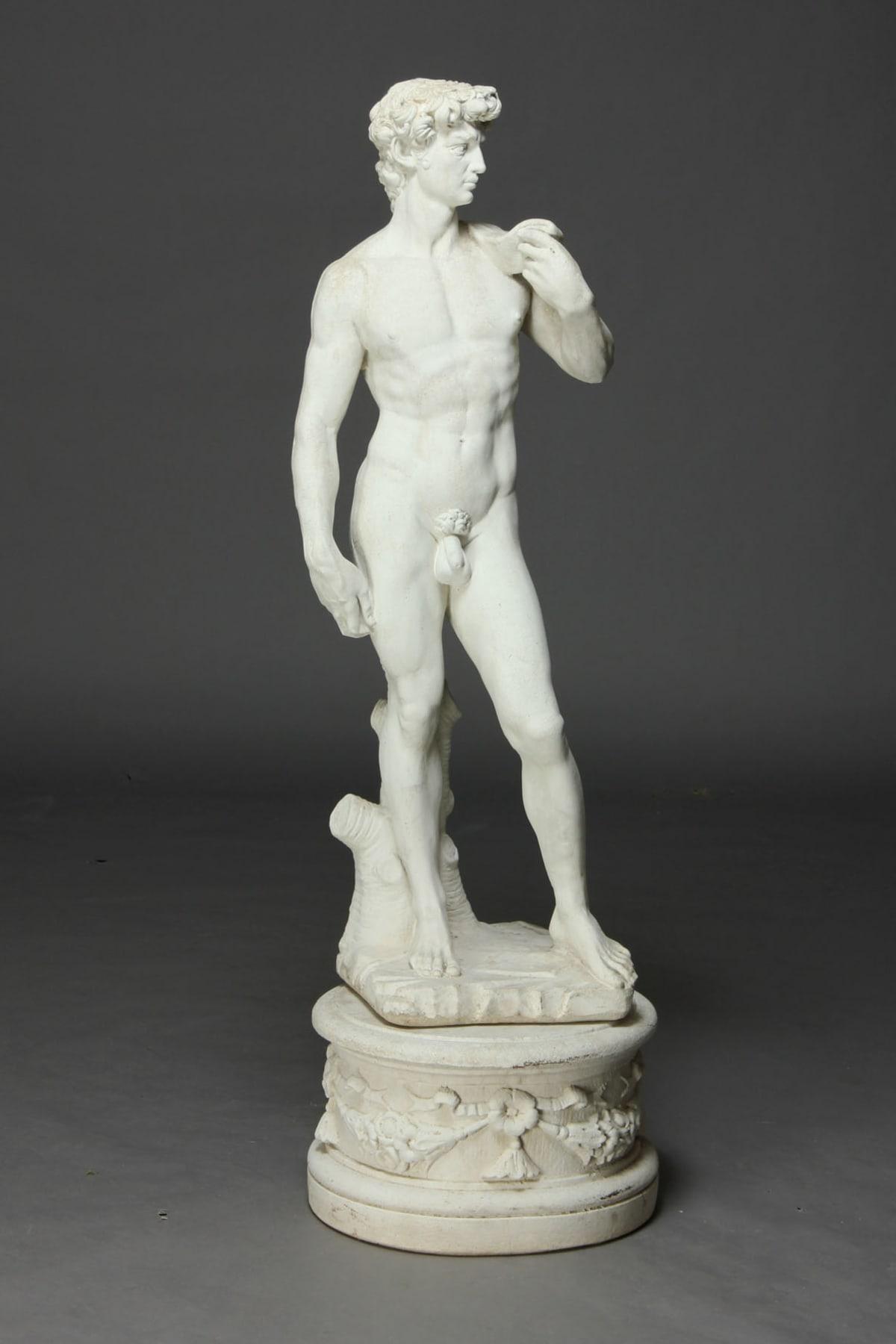 En trädgårdsskulptur som gömmer sig i grönskan skapar en romantisk atmosfär i trädgården. På Lauritz.com såldes skulpturen på Michelangelos David. Utropspriset var cirka 800 kr.