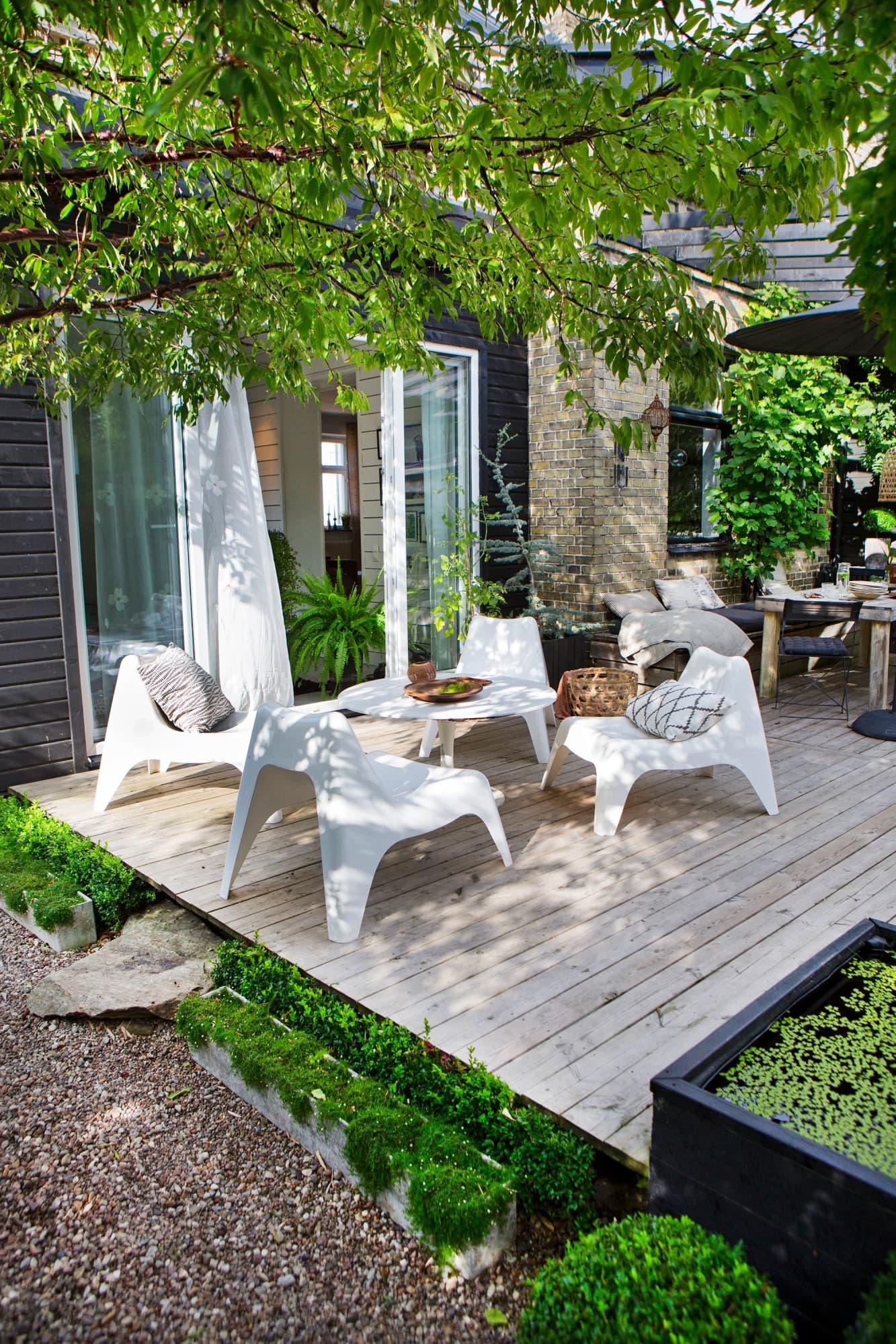 Det gamla tegelhuset från slutet av 1800-talet fick en ny del där familjen nu har vardagsrum. Trädäcket förlängdes och fick en loungeavdelning också.