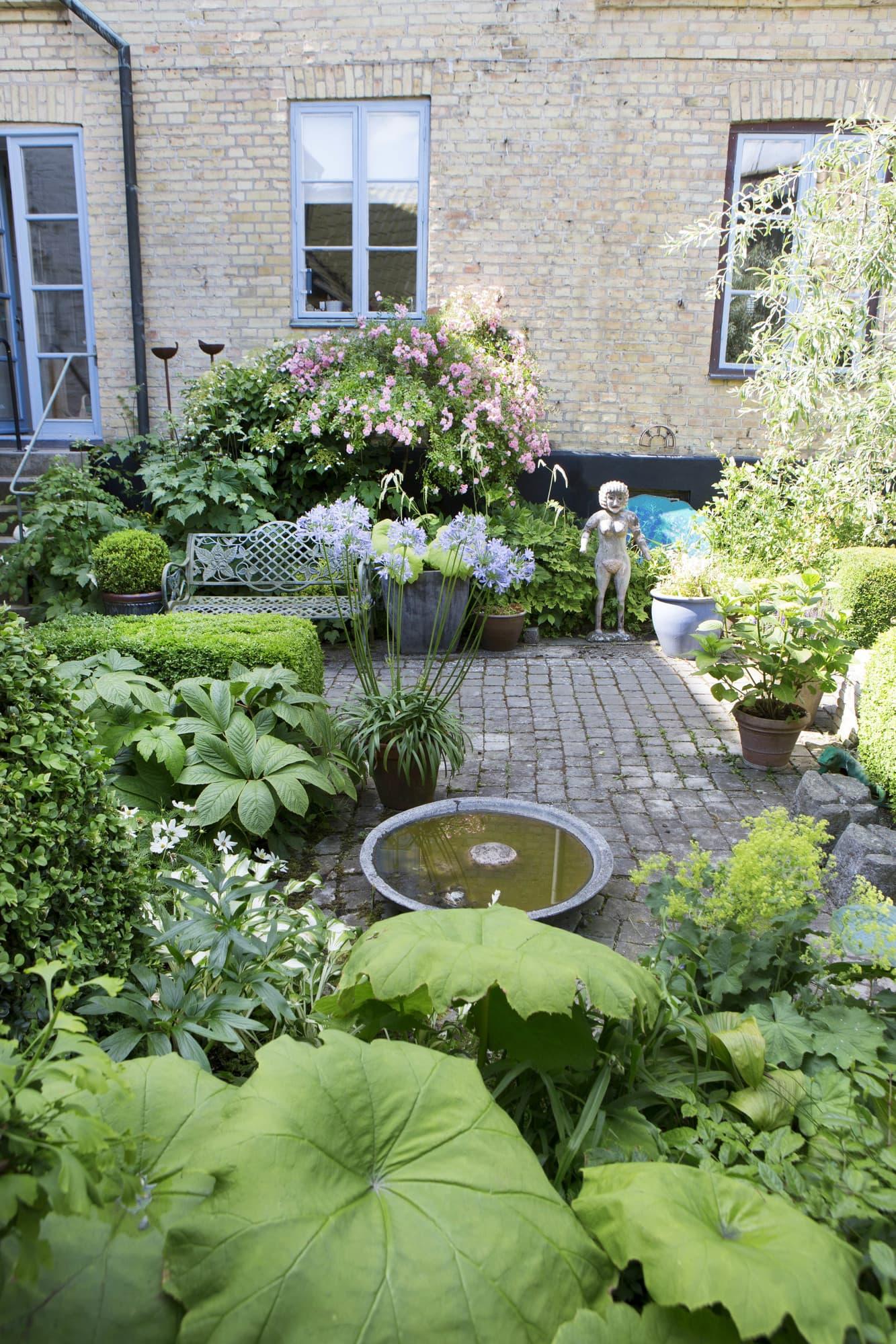 Väl gömd på en bakgård i Lund ligger Helmtruds fascinerande bakgård.