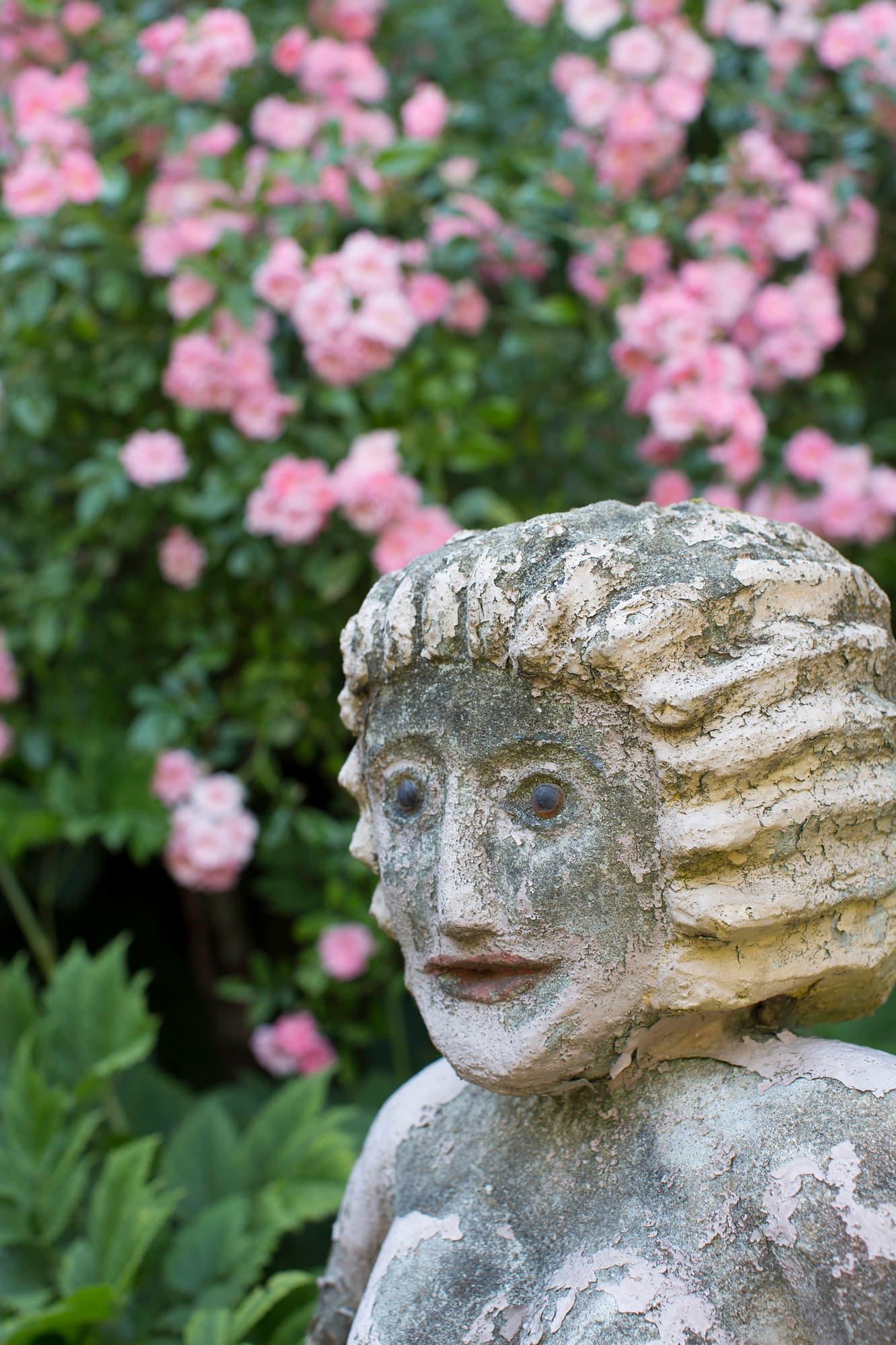 Helmtrud gillar att samla på sig konsthantverk och konst. I trädgården bildar de vilopunkter i grönskan.