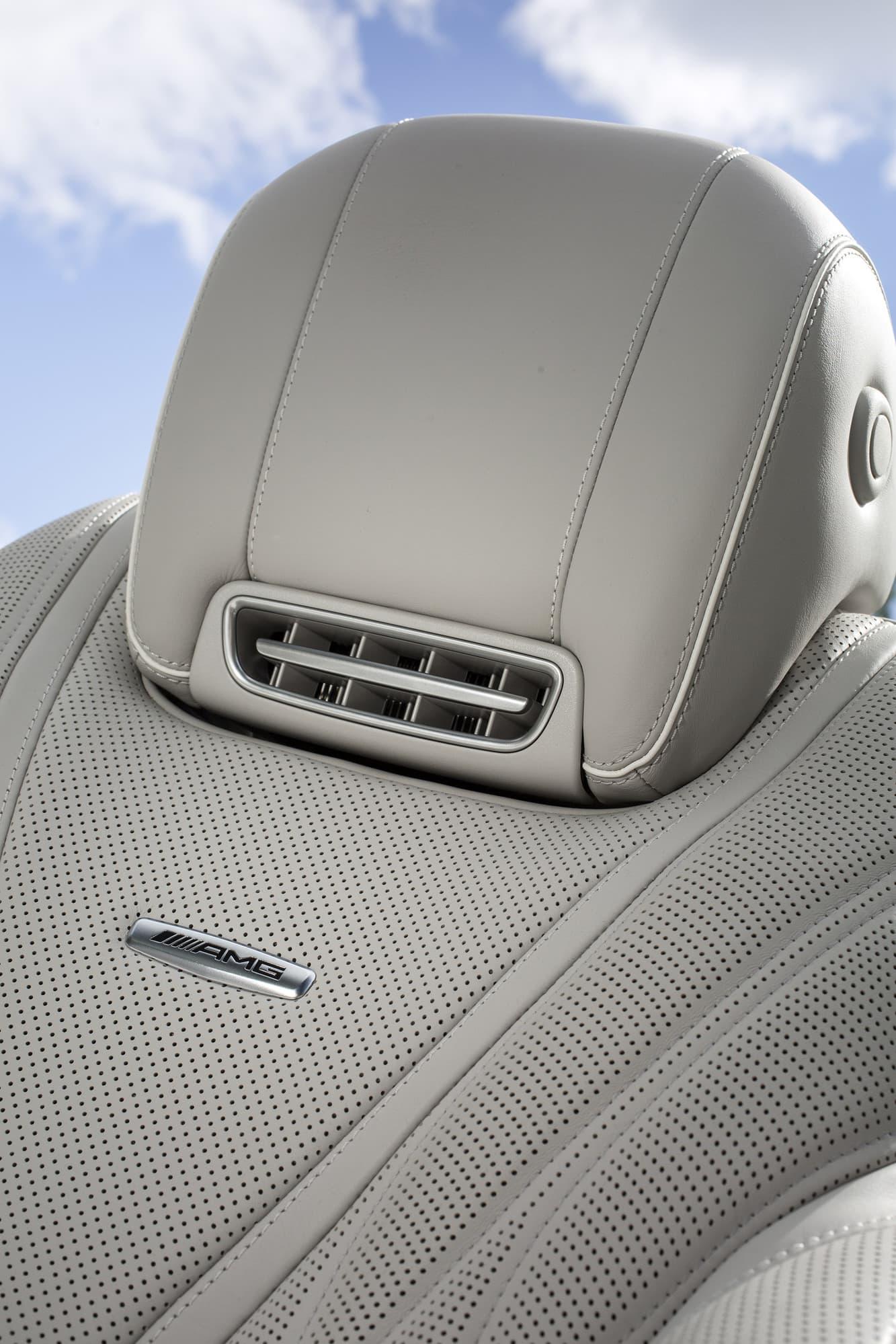 Genom nackstödet kan varm luft värma nacken kalla dagar om man ändå vill köra med taket nere.