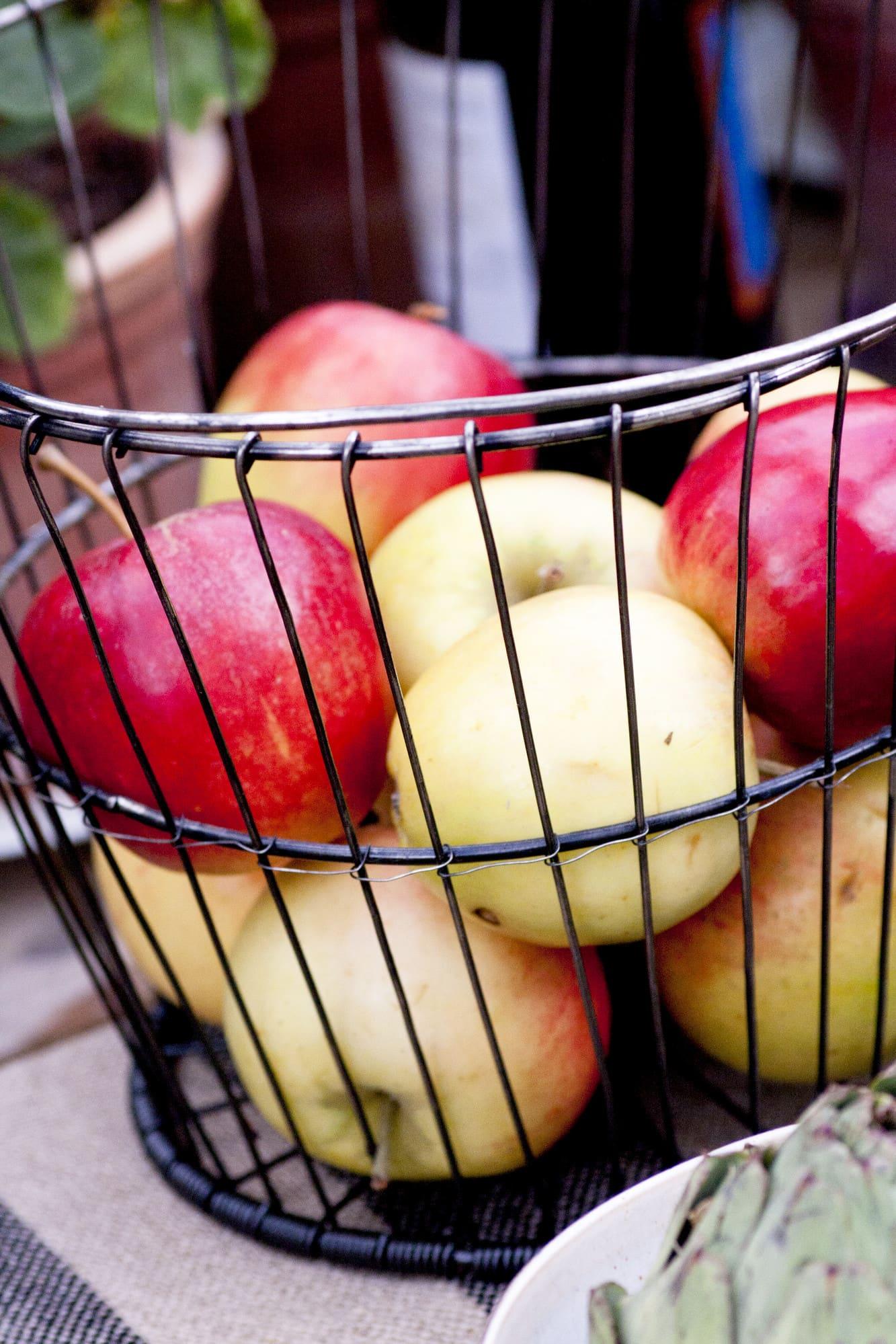 Smakligt. Fyll en trådkorg med svenska äpplen.
