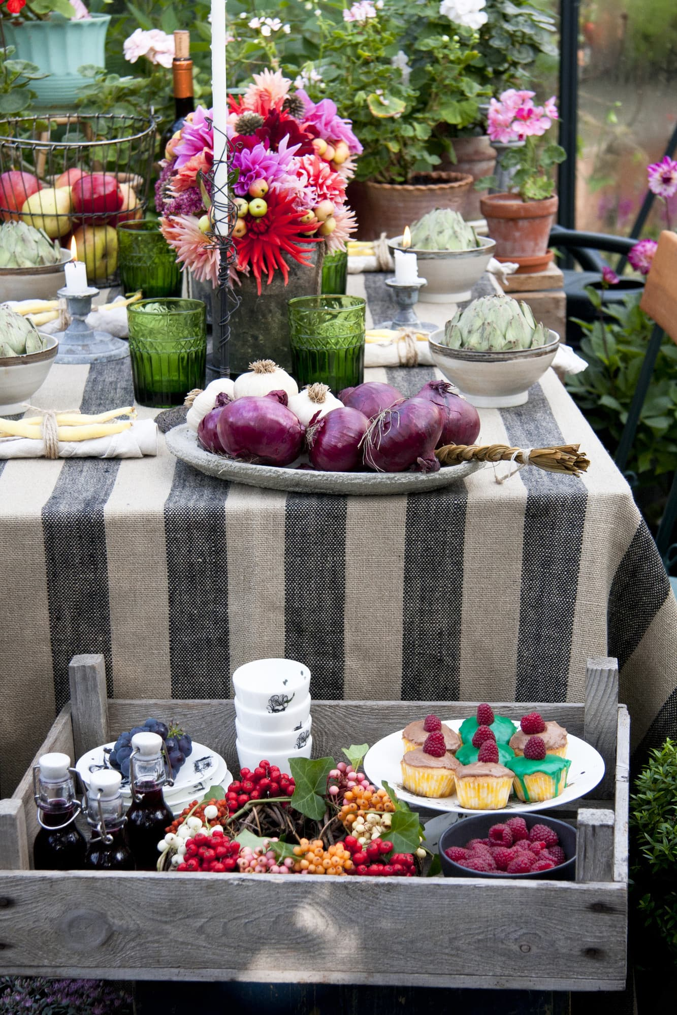 Lager på lager. Placera ut det goda på olika höjd så får dina gäster känslan av att du bjuder på överflöd.