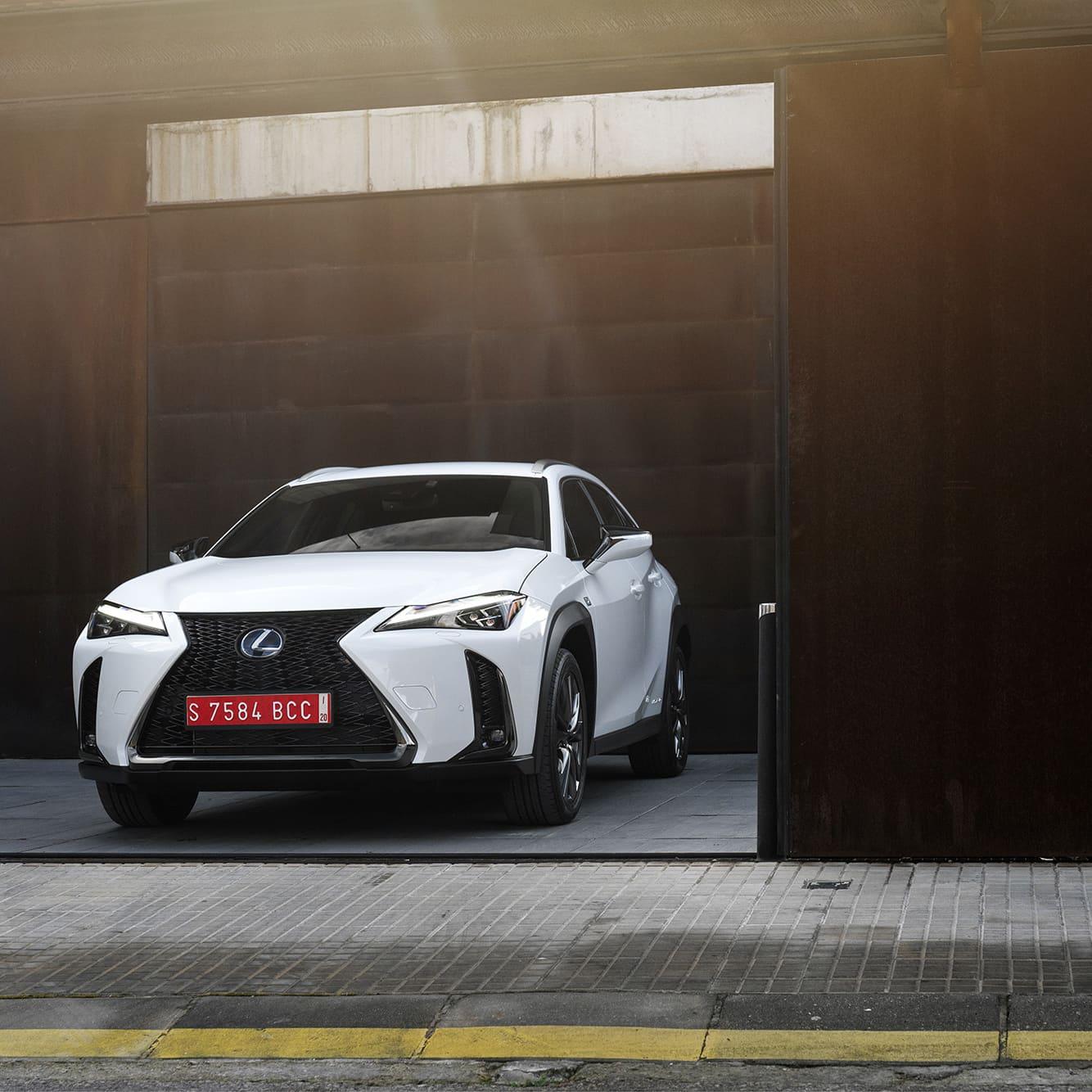Designen på UV 250h sticker ut från mängden men följer de övriga modellerna i Lexus familjen. Så är man van vid märkjet är det enkelt att känna igen vilket märke det handlar om.
