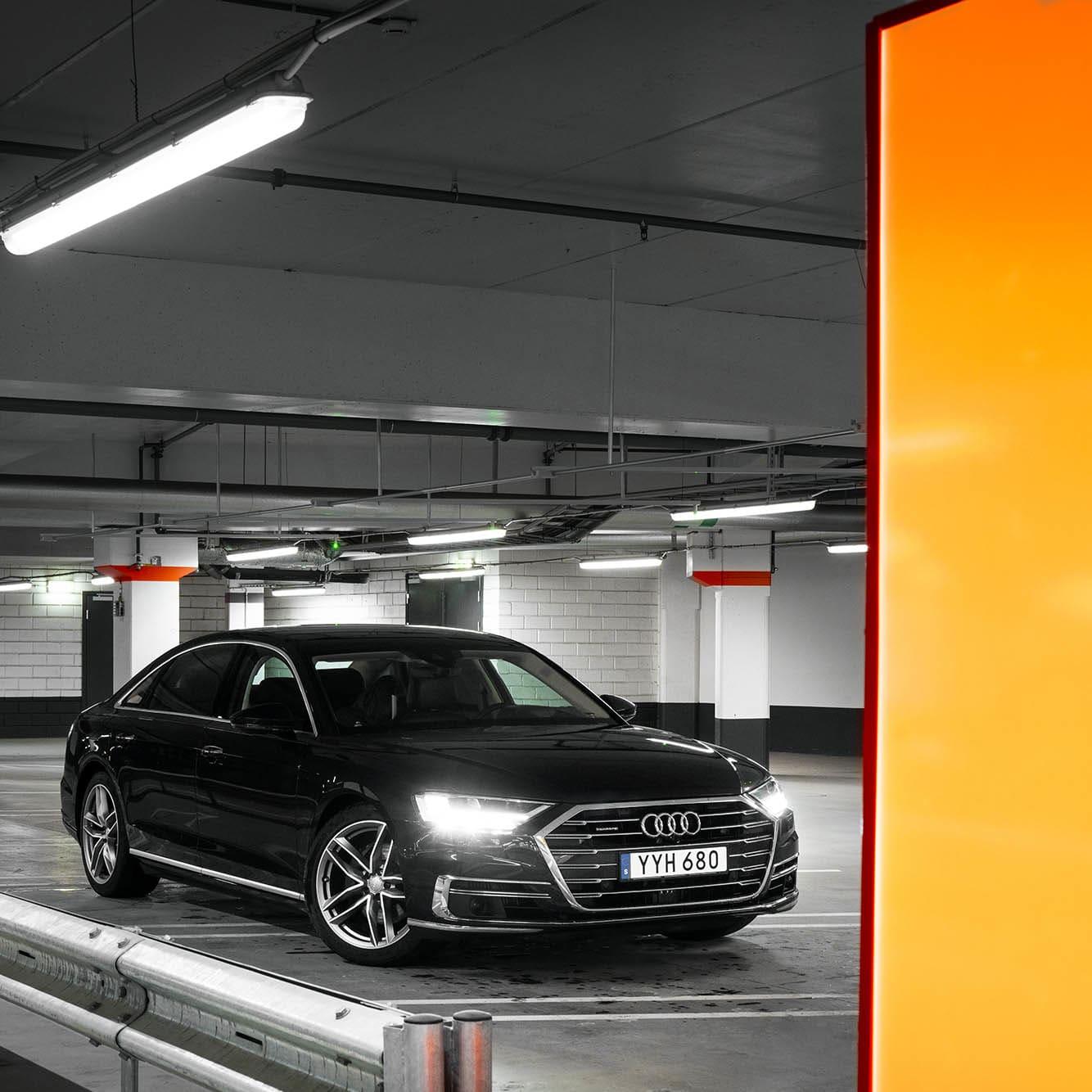 Audi A8 L, en lyxkryssare av bekvämaste klass. Tekniken ligger före sin tid och kommer göra livet för dig som förare eller passagerare bättre på alla vis.