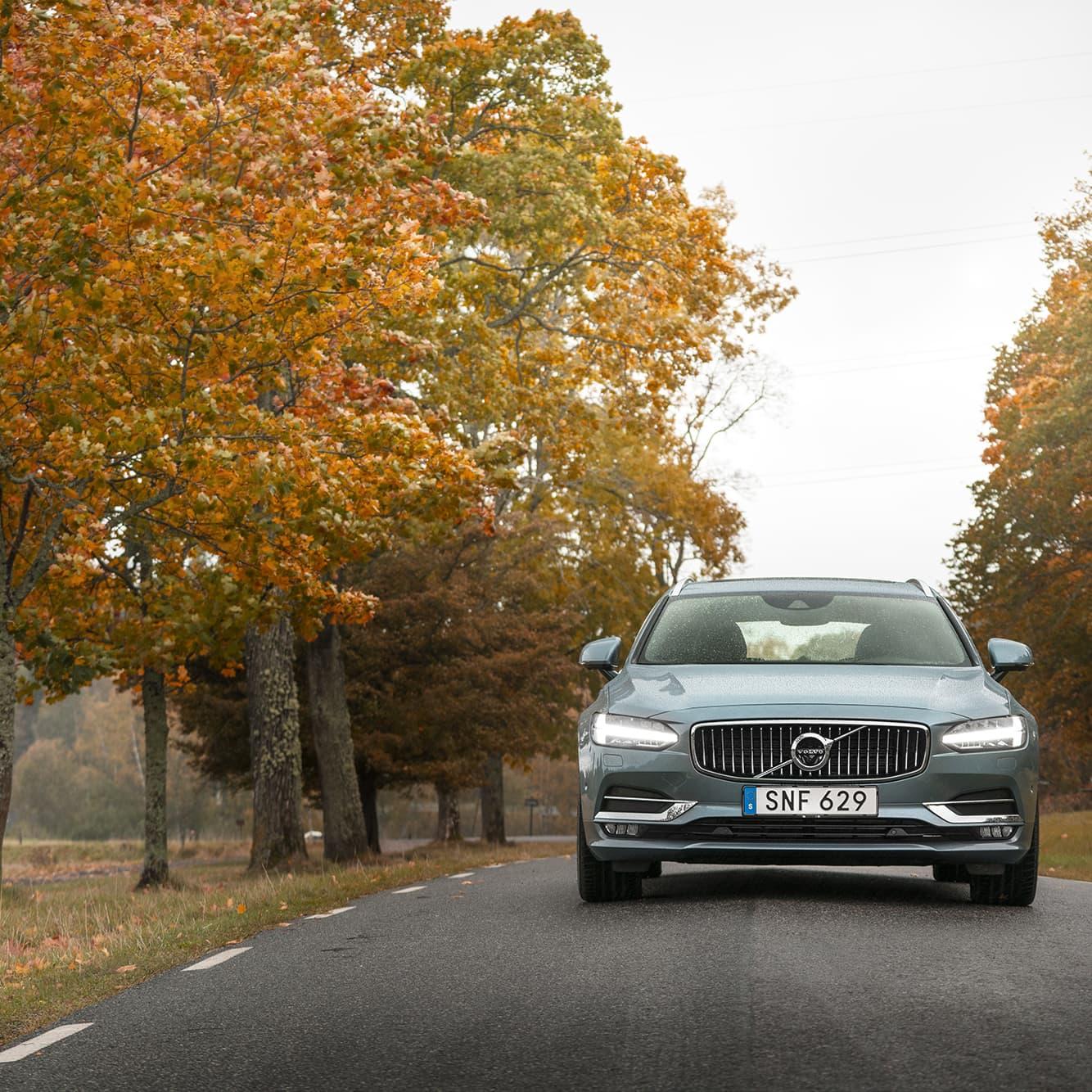 Den nya fronten på Volvo signalerar pondus och självförtroende. Lyktorna fram har LED-ljus formade som torshammare på Volvos egna språk.
