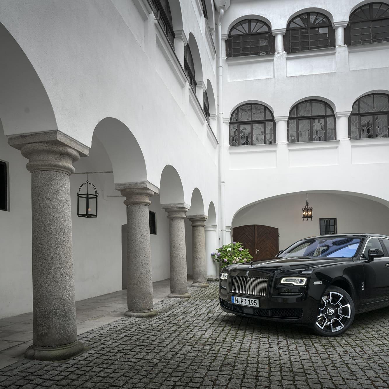 Om inte en Rolls Royce är tillräckligt speciell för dig kan du alltid välja en med tillägget Black Badge. Då får du något som sticker ut från mängden. Utöver att kylare och alla emblem är svarta istället för krom får man även kolfiberfälgarna som kostar mer än de flesta vanliga bilar kostar.