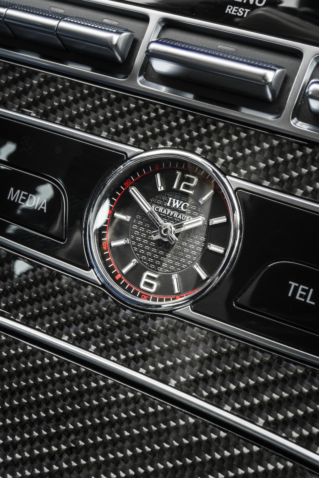 Som kronan på verket sitter en klocka från Schweiziska IWC i mitten av mittkonsolen på Mercedes E63 S AMG.
