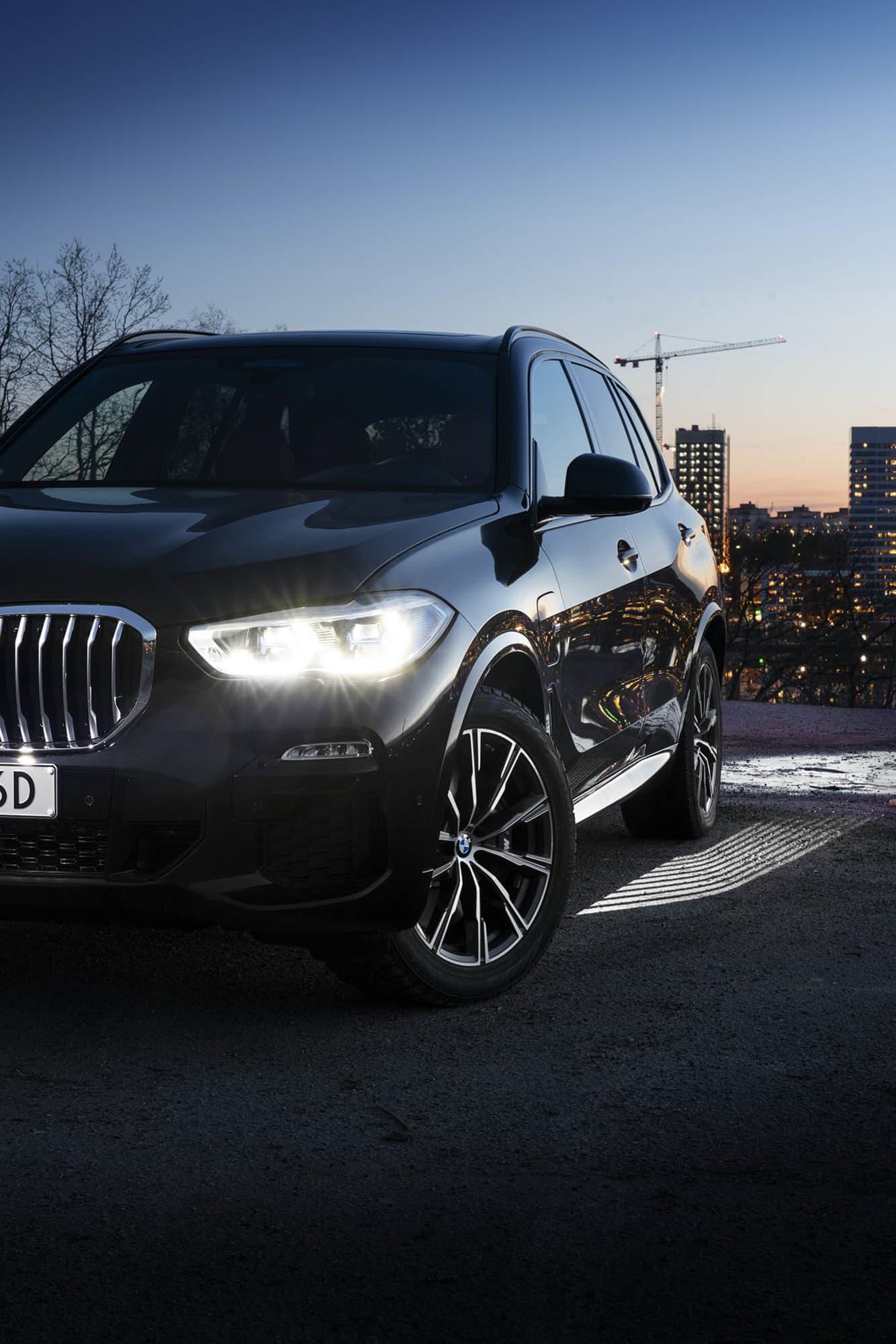 För att du ska se marken även i mörkret lyser BMW X5 xDrive45e upp den med en snygg ljusmatta som projiceras från bilen.