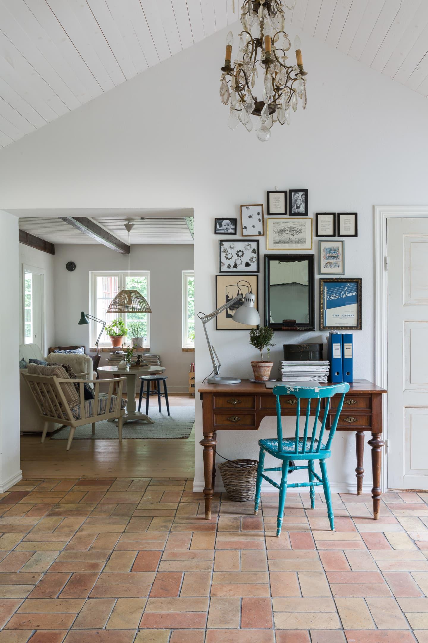 Det underbara golvet i hallen, som binder ihop tillbyggnaden med det gamla torpet, består av handslaget tegel från en Skånegård.Skrivbord, köpt på auktion . Skrivbordslampa och stol köpta påloppis.