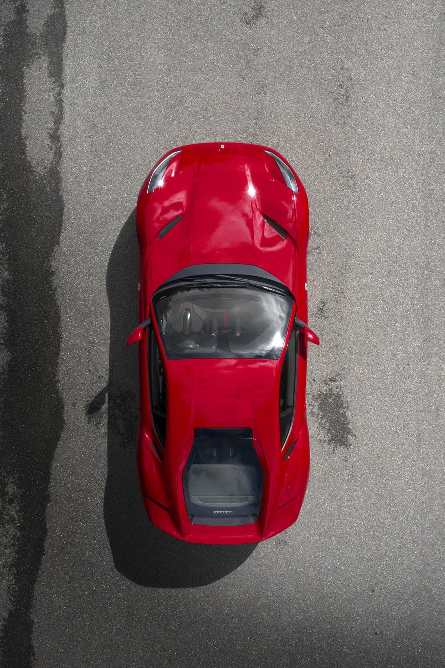 Ferrari 812 Superfast ovanifrån, en röd leksaksbil för tre ochen halv miljon kronor!