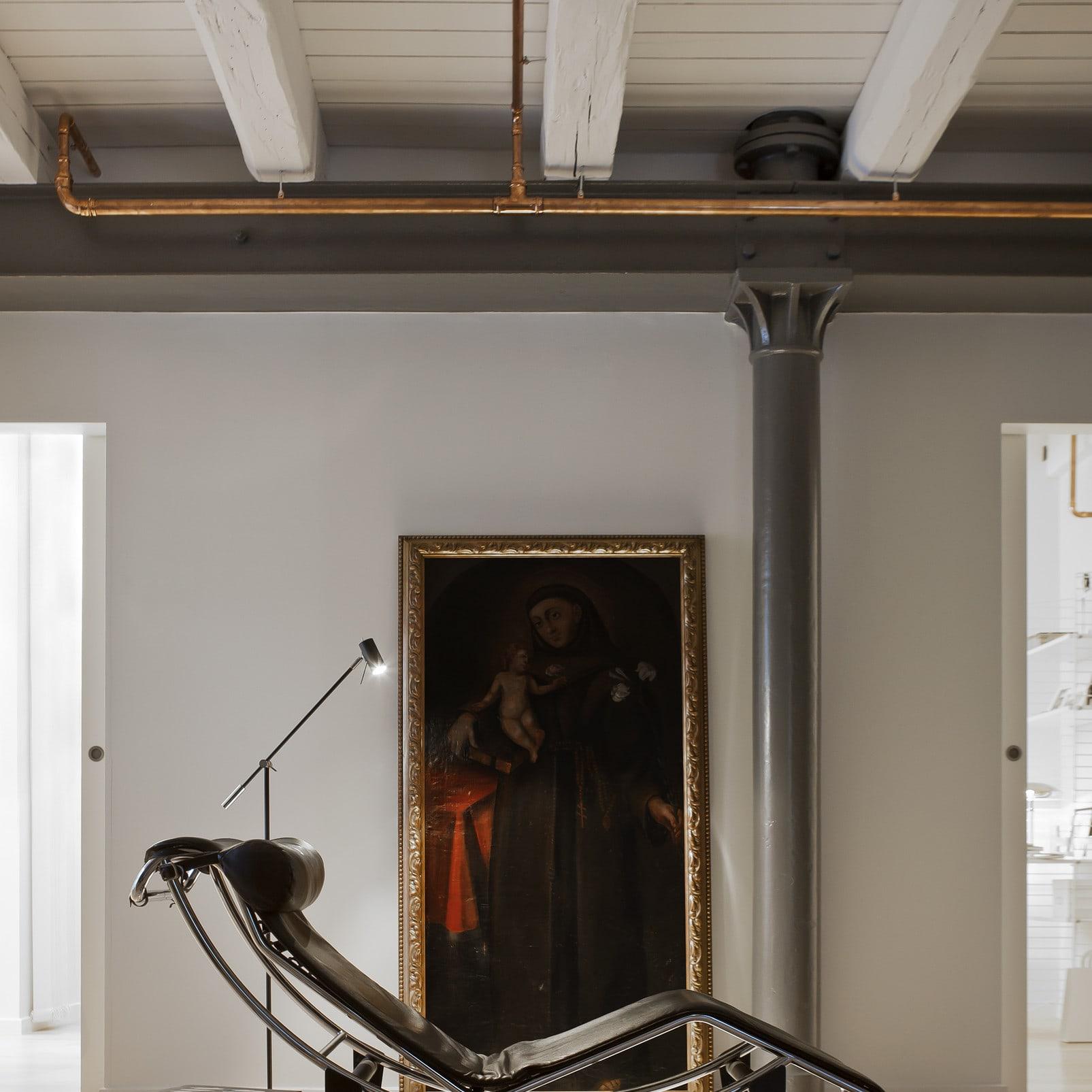 En stor målning med religiöst motiv från 1700-talet möter Le Corbusiers vilstol med svart skinnklädsel från 1900-talets mitt. Blandingen skapar dynamik och spänning till hemmet samtidigt som inredningen får ett kulturhistoriskt värde.