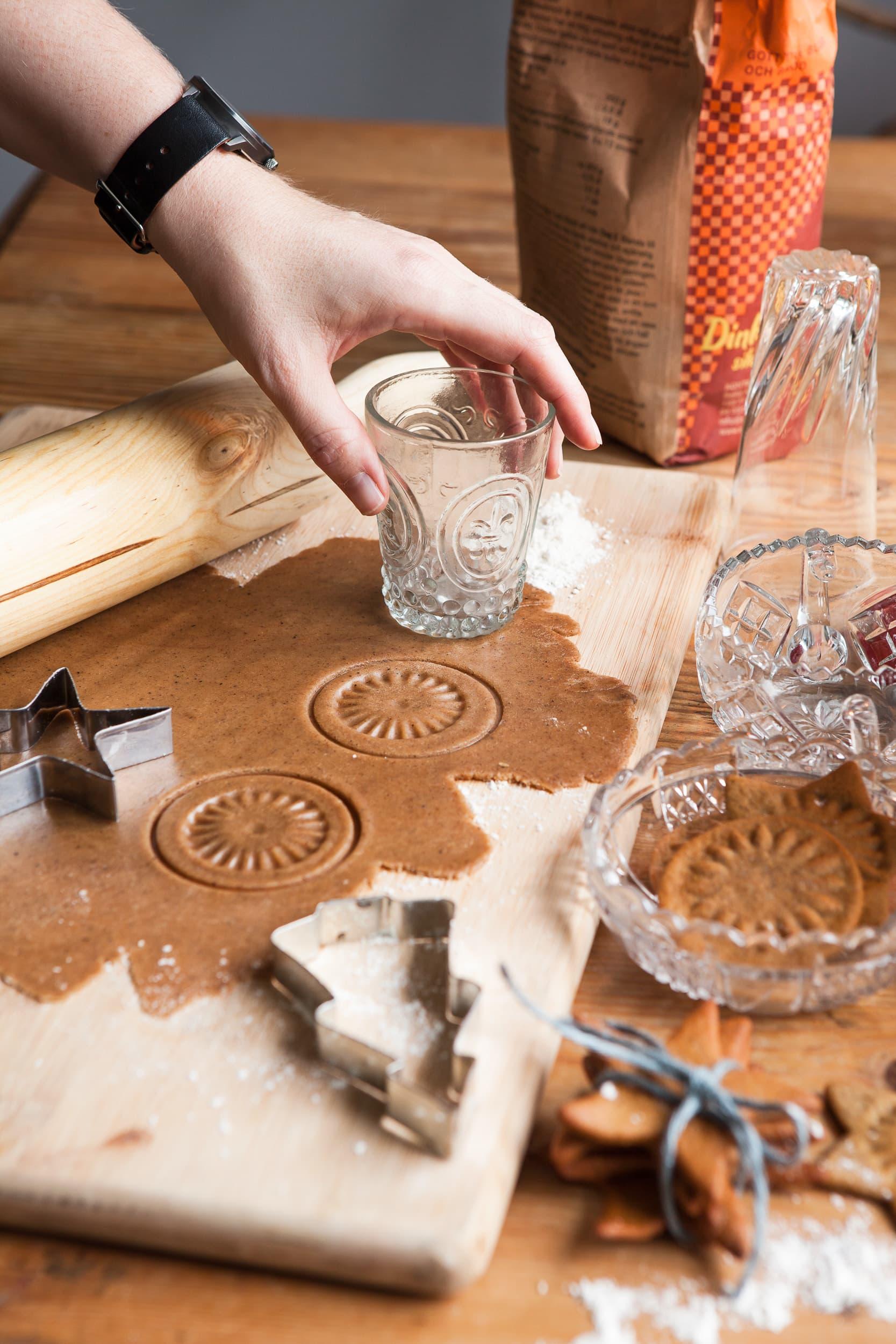 Pepparkakor med stjärnmönster - dra iväg på loppis och fynda glas och glasskålar med fina mönster undertill. Använd dem och tryck fina mönster i pepparkaksdegen.