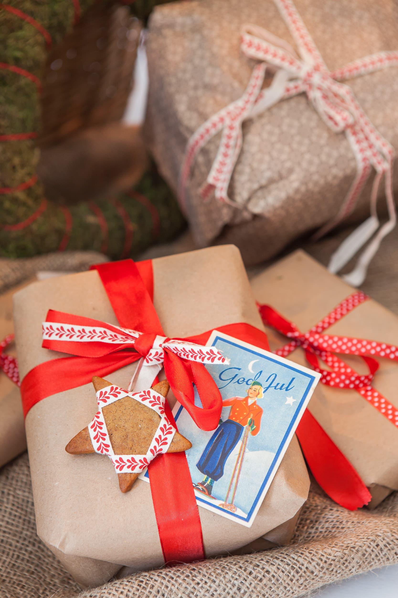 Smarriga paket - julklapparna blir extra fina med tygband. Fäst en pepparkaka i banden och toppa med ett litet julkort. Vi har använt ett gammalt kort som vi hittat på loppis.
