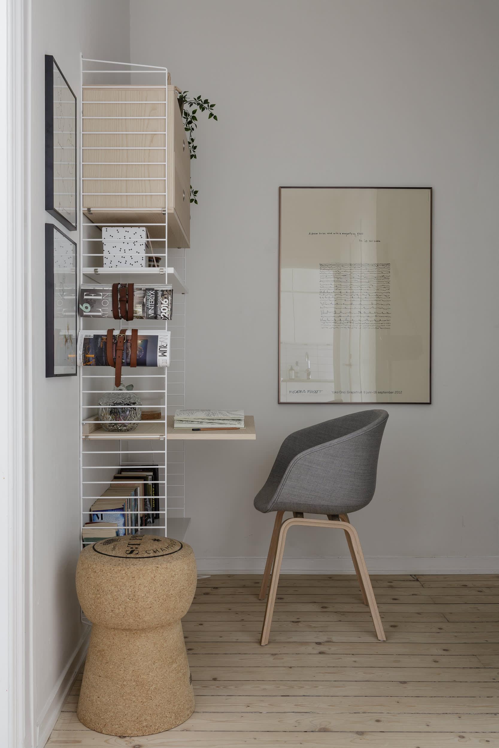 I hallen får Charlotte plats med en kontorshörna byggd av Stringmoduler. Stolen är köpt på Rum 21, korkpall stpria.com.