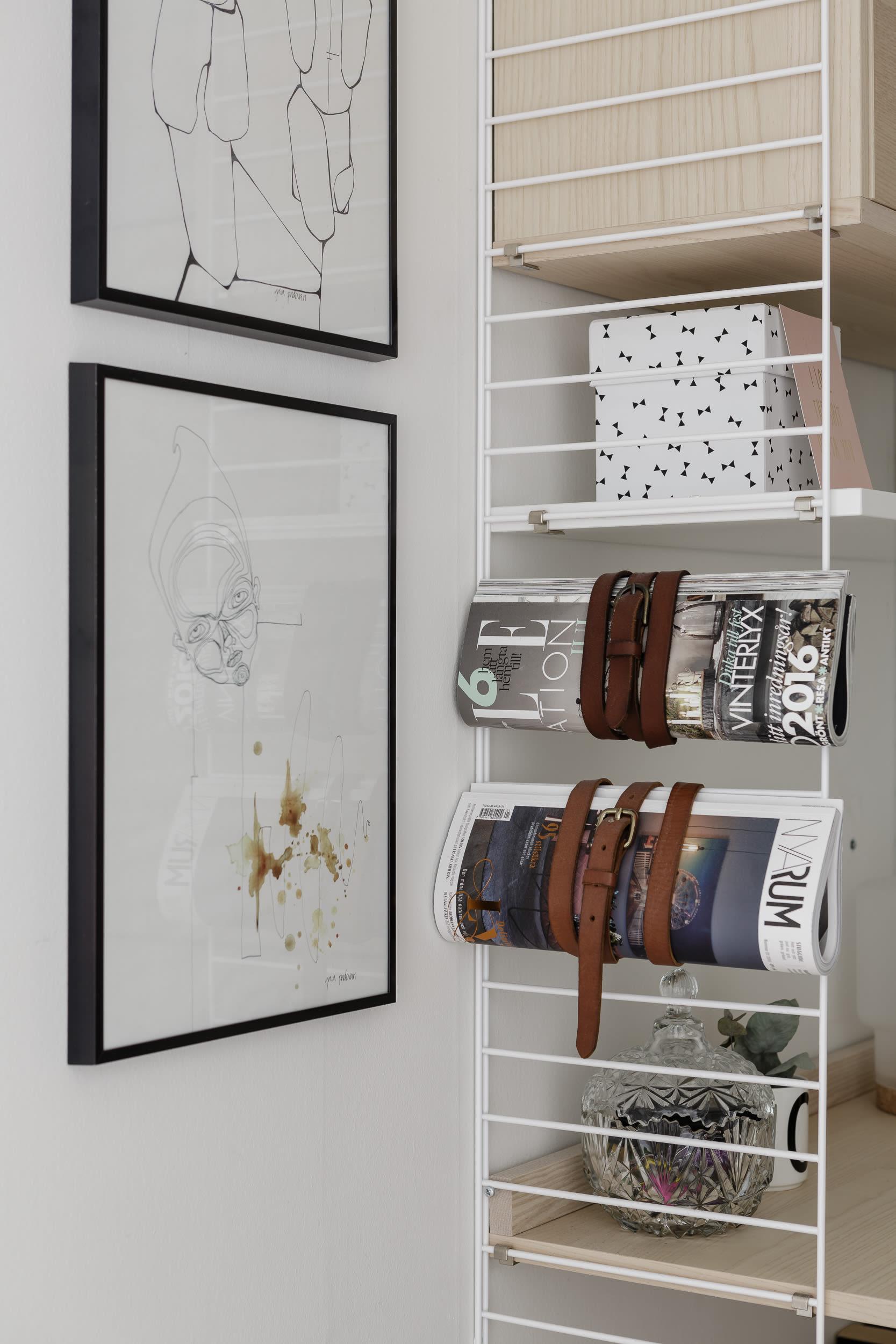 På stringhyllan med skrivbordsdel har Charlotte fäst inredningstidningar med loppisfyndade läderskärp.