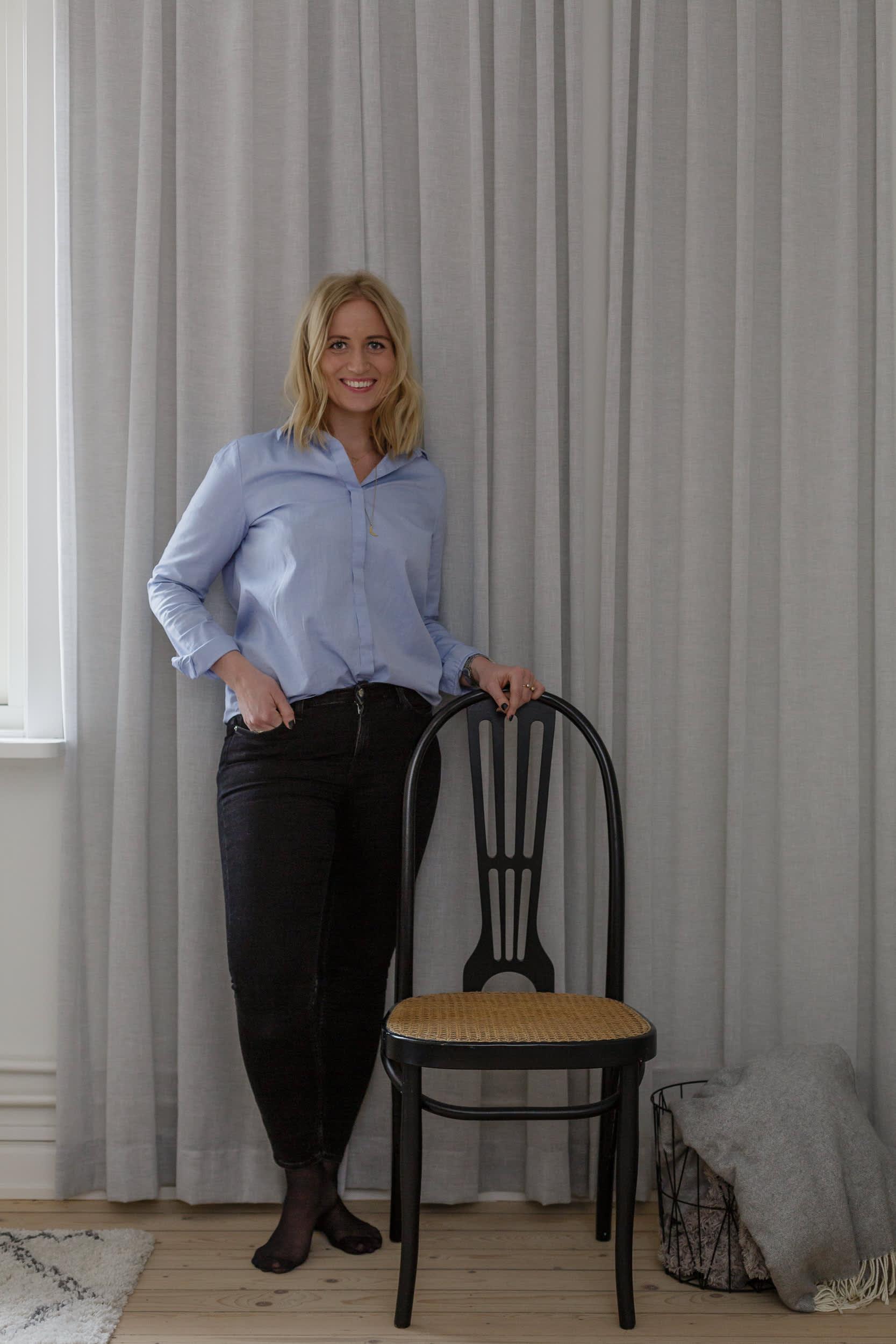 Charlotte i Göteborg inreder med varma färgtoner och i skandinavisk stil.