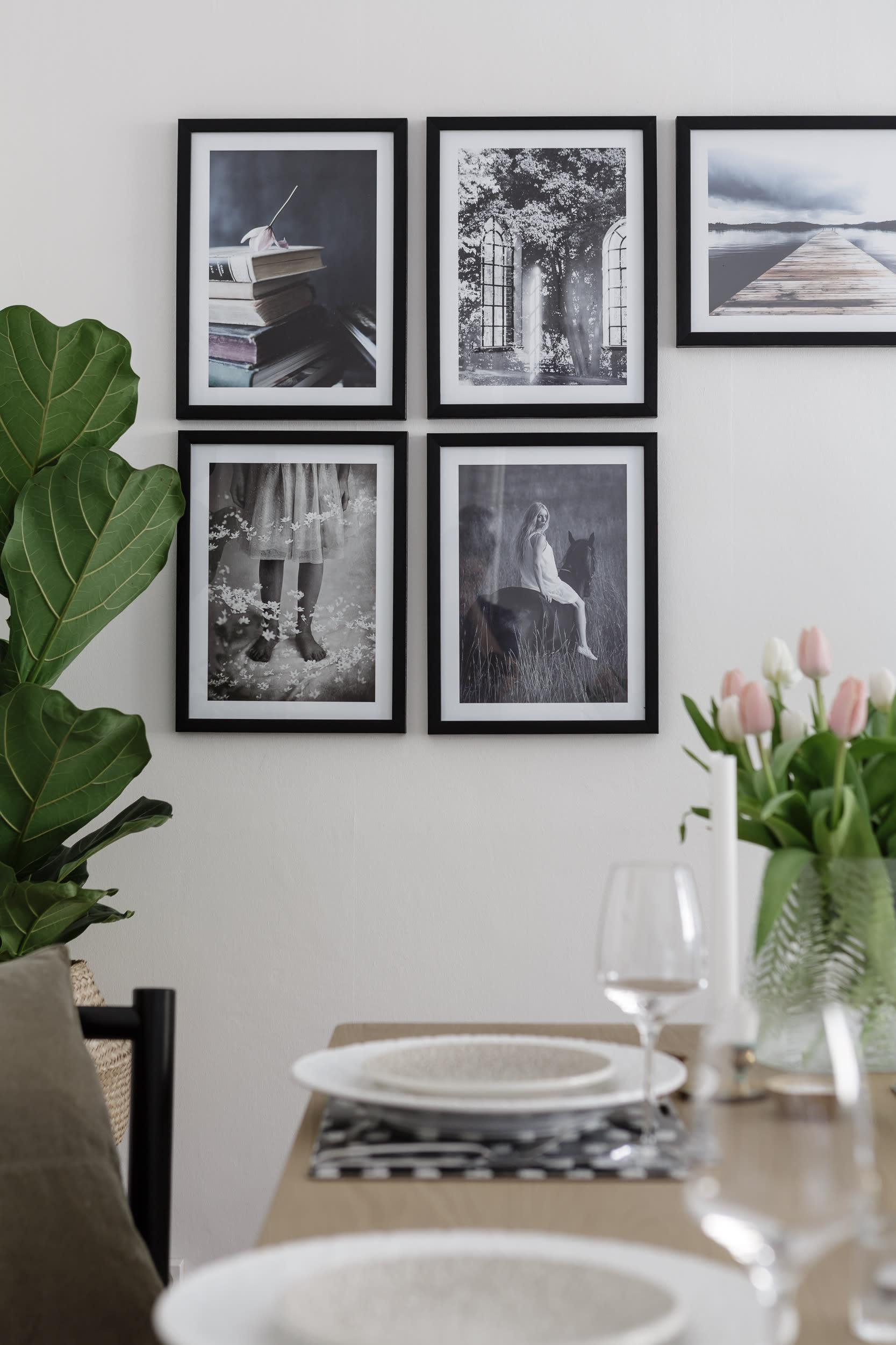 Kul variant av tavelvägg med fyra stående och ett liggande fotoformat! Fotoprints från Printler.