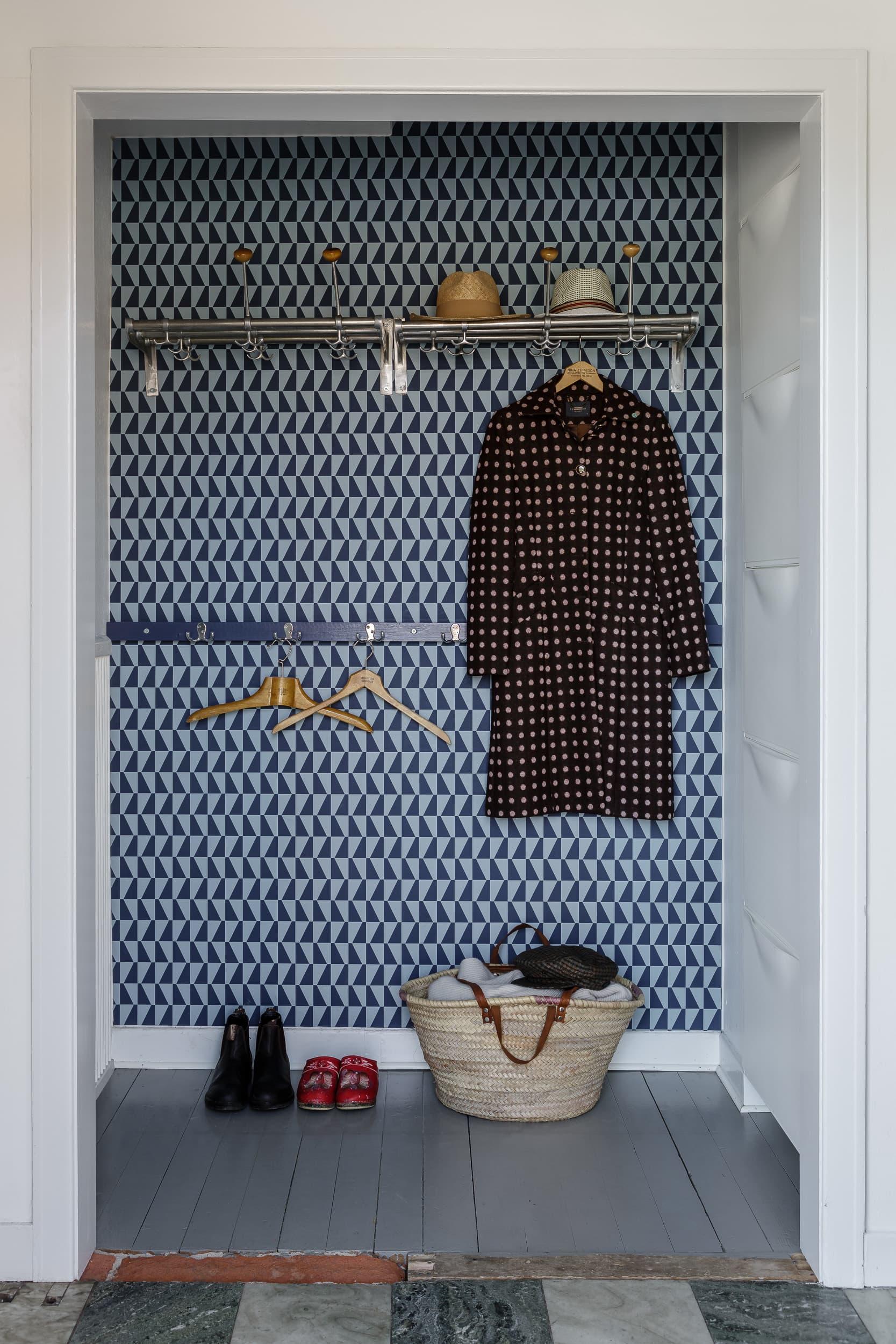 """I den lilla """"groventrén"""" ligger Borghamnsmarmor på golvet. Familjen har nyligen tapetserat väggen med tapeten från kollektionen Wallpapers by Scandinavian designers, Boråstapeter, som bär Arne Jacobsens klassiska mönster."""